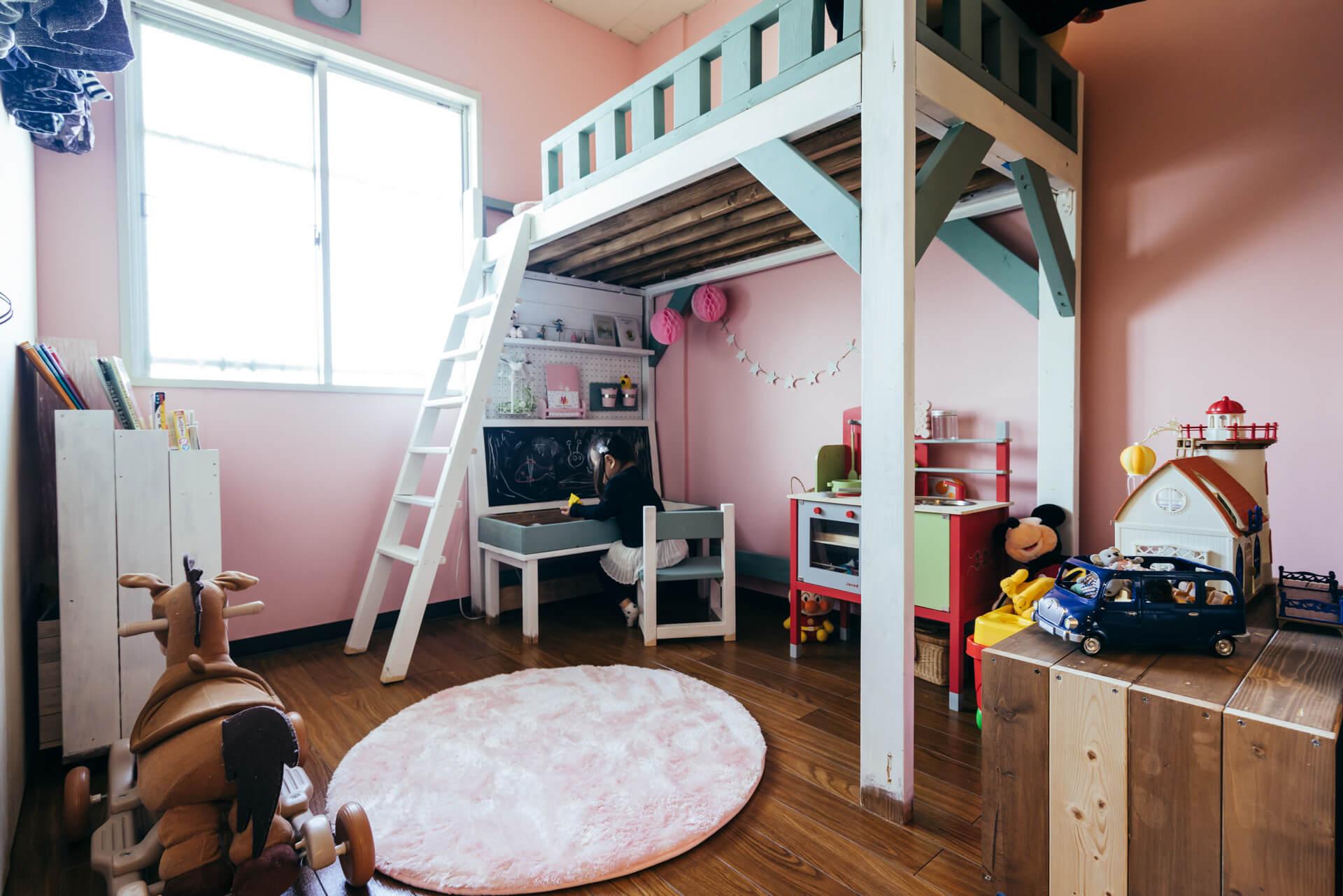 子ども部屋には、建築学科のお友達と一緒に作ったという大きなロフトが。