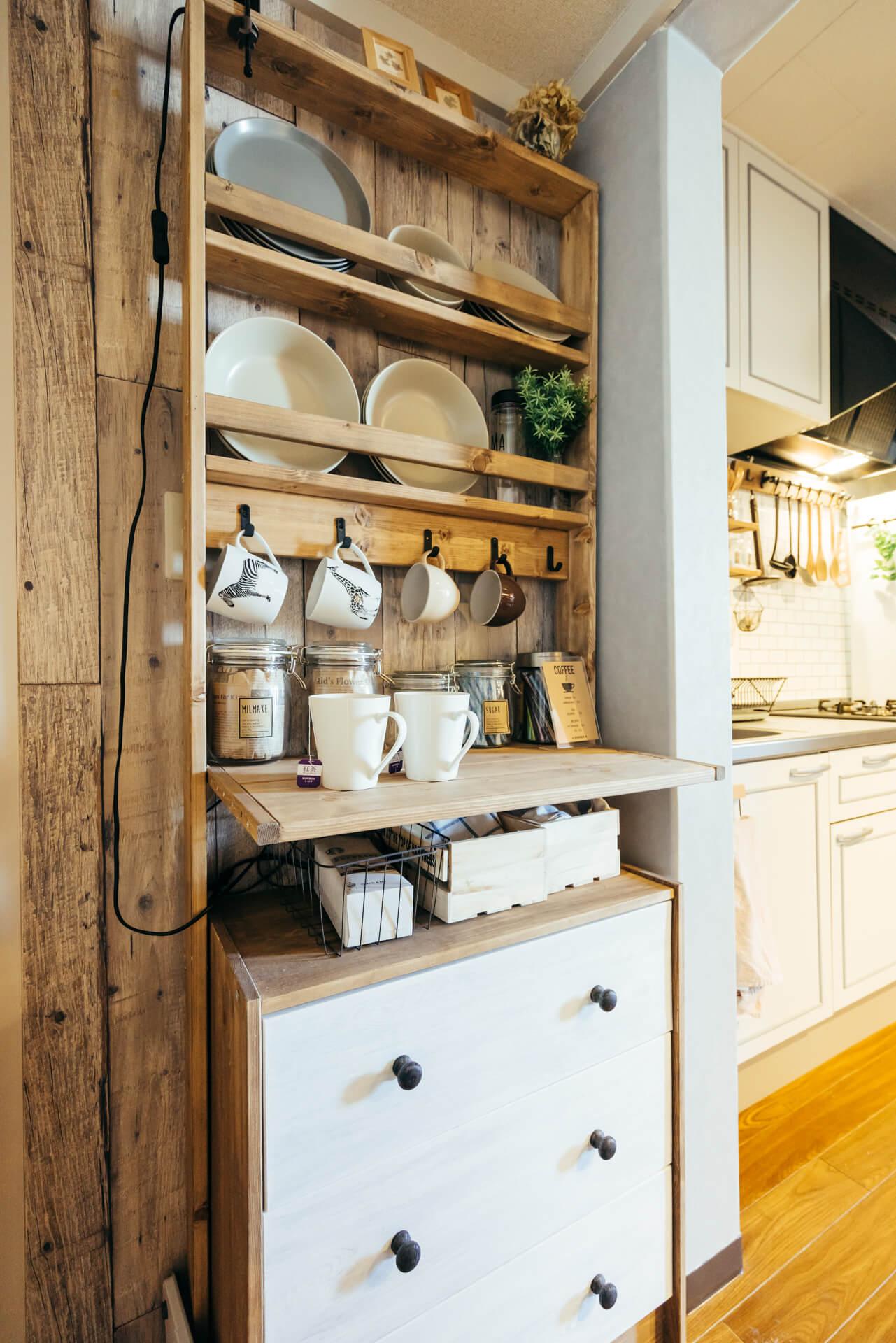 お皿やカップがそれぞれ専用の位置におさまる食器棚