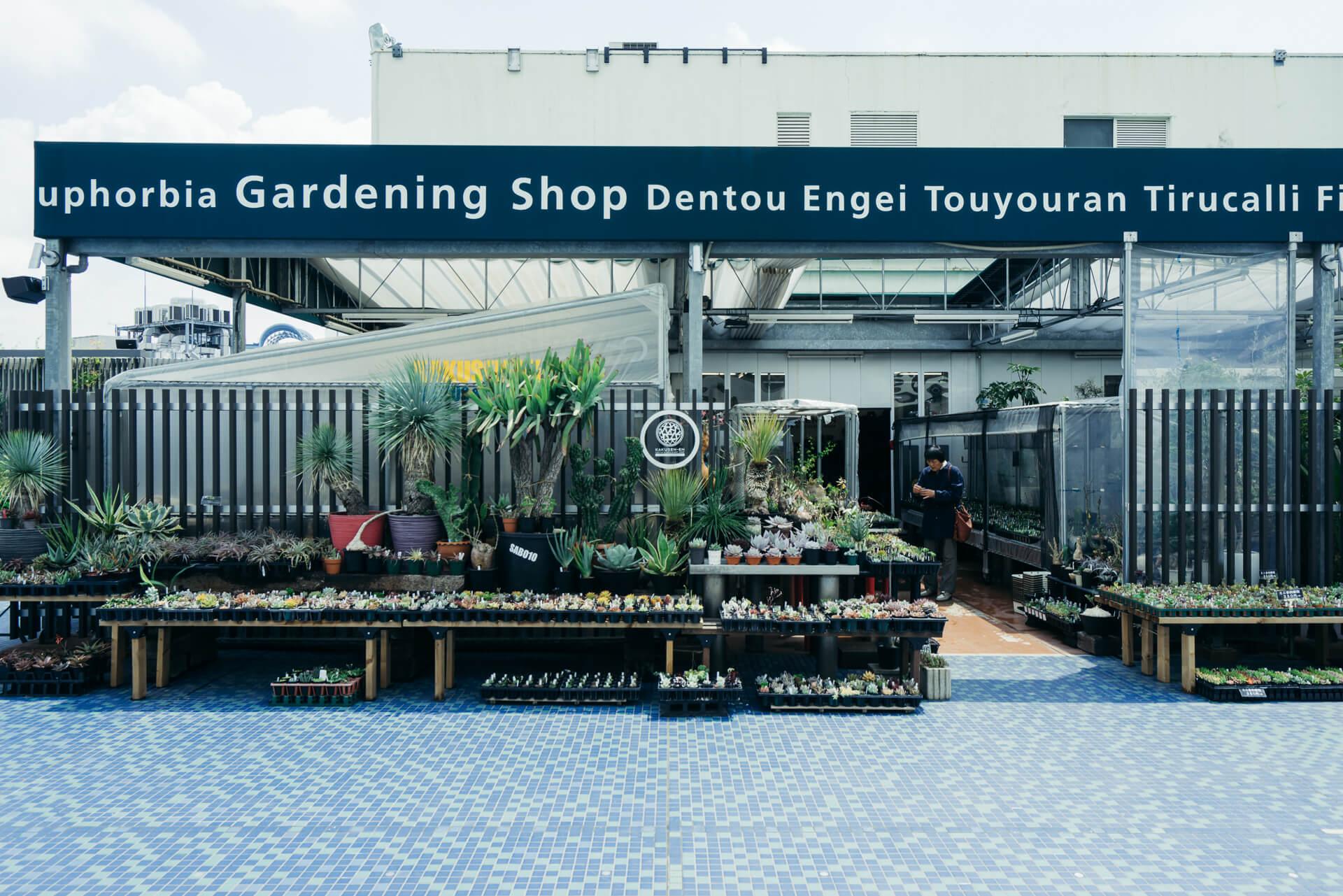 西武池袋本店9F屋上。グリーンを眺めるベンチがたくさん置かれた気持ちのよい空間に、「鶴仙園 池袋西武店」があります。