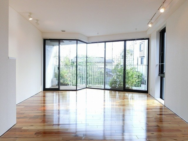 こちらは田端の人気デザイナーズ。大きな窓が特徴です。
