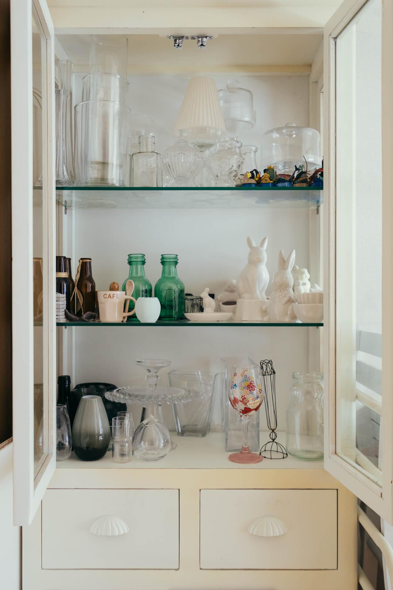 棚の中には、たくさんの花器のコレクションが。