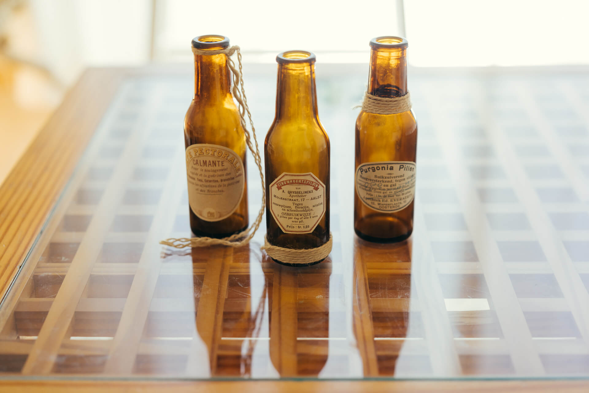栄養ドリンクの瓶を、ラベルと麻紐でカスタマイズしたオリジナルのものも。