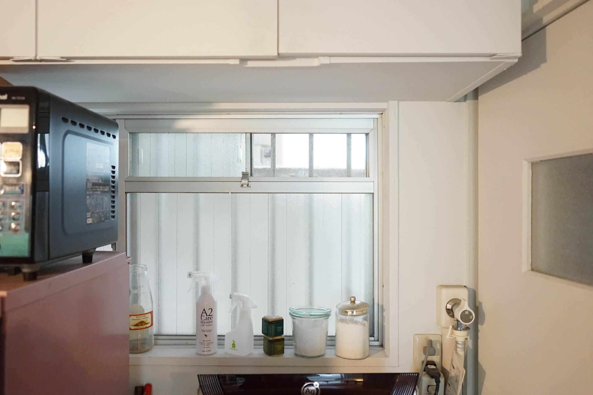 キッチンの小さい換気用窓がお気に入り。