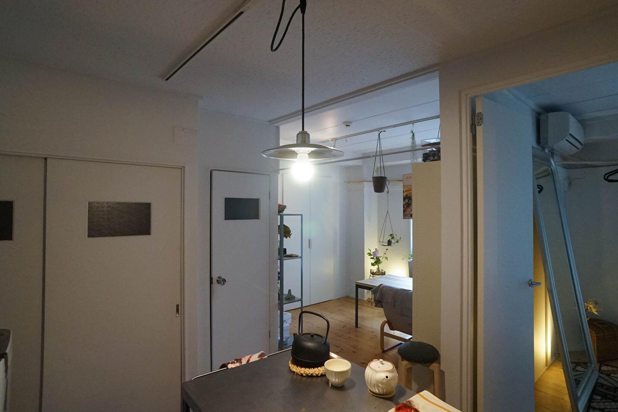 賃貸マンションの外せない蛍光灯も大嫌いだったのですが、キッチンとリビングにはライティングレールがあって、好きな照明をつけられるのが本当に嬉しいです。