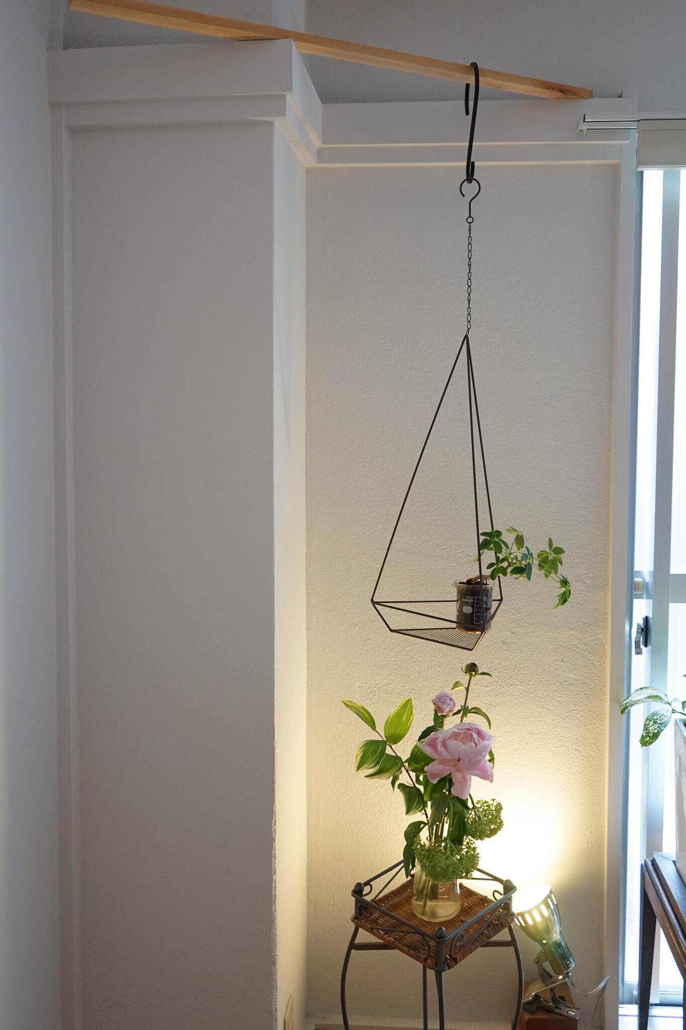 元和室ならではの「長押(なげし)」も便利で、フックでいろんなものをかけて使っています。これは角を利用して木材を渡しただけ。