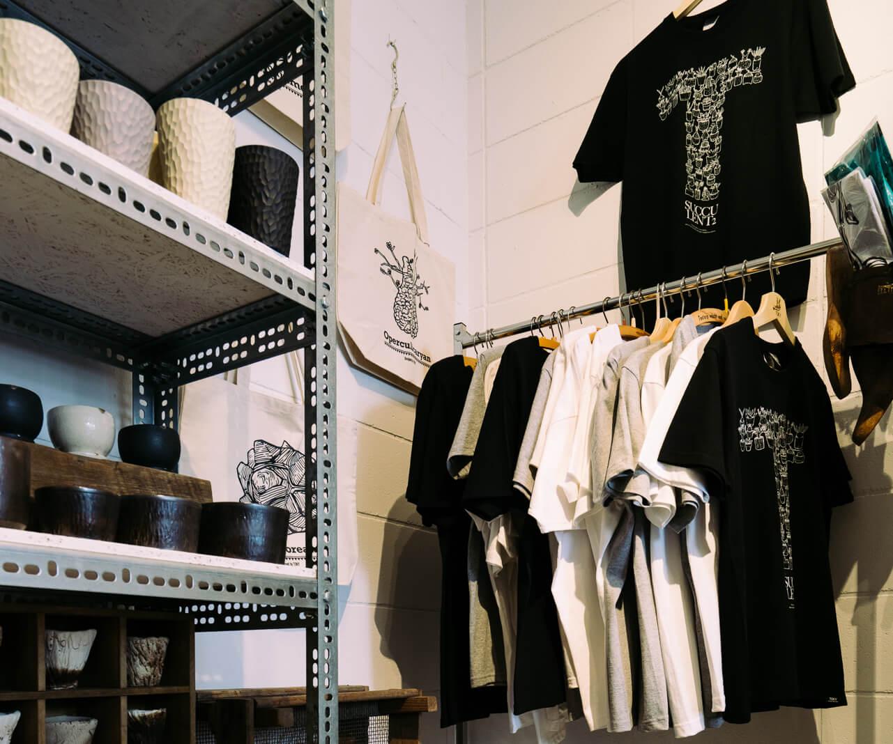 2周年記念のモチーフがあしらわれたTシャツや、植物モチーフのバッグも。(Tシャツ3,800円、バッグ3,200円)