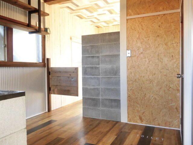 居室の入り口には、アメリカ映画で見かけるような木戸が!