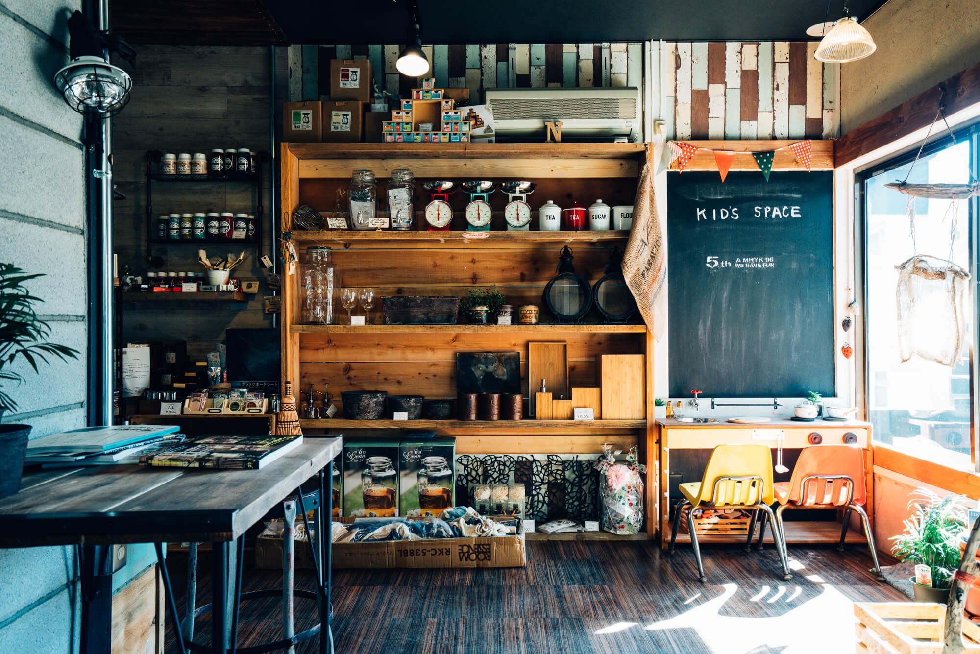 カフェも併設され、何時間もいたくなってしまうような落ち着く空間です。