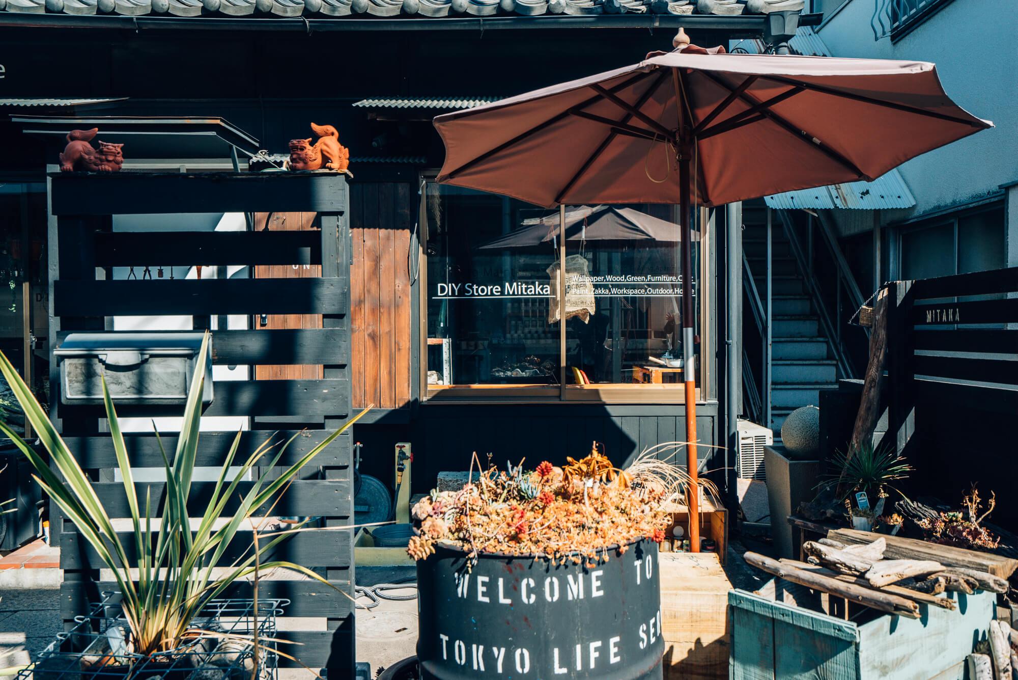 ショップ自体も、空間工房による古民家リノベ。店頭にはガーデン作りのヒントになりそうな植物のディスプレイがいっぱい。