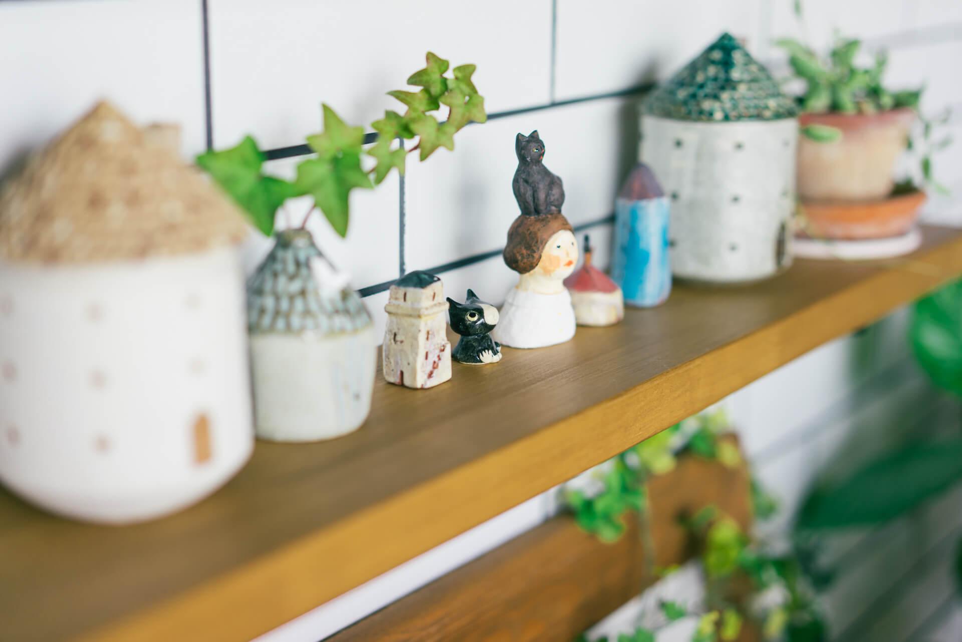 いろんな雑貨の中にもアイビーなどのグリーンが混ざることで部屋を生き生きとみせてくれます。