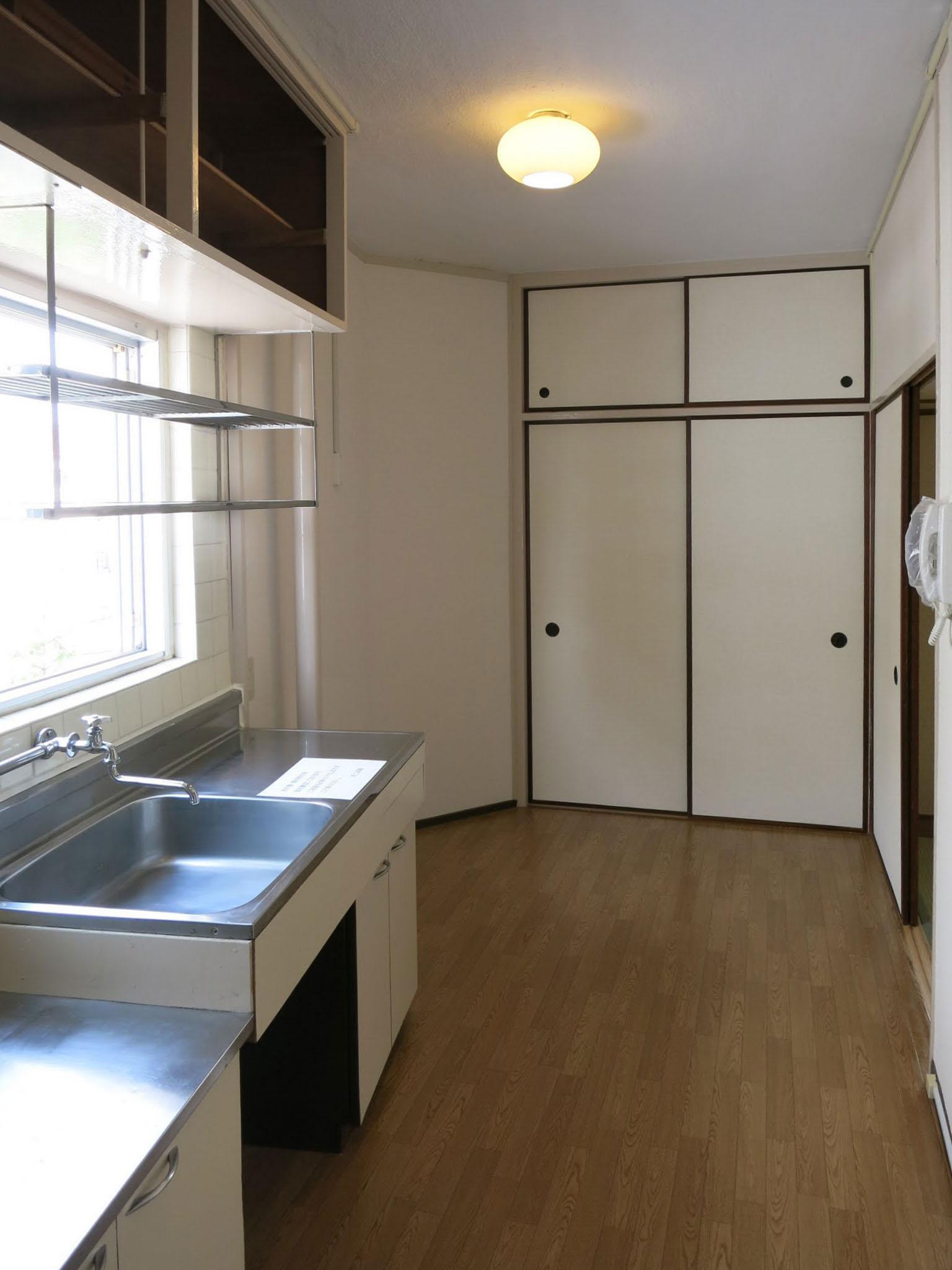 窓が多いところが団地のよいところ。台所にも窓がある。