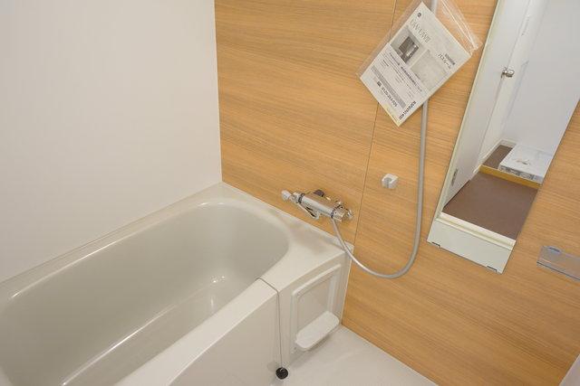 お風呂場も少し寝室から遠いので、夜遅くでも安心ですね。