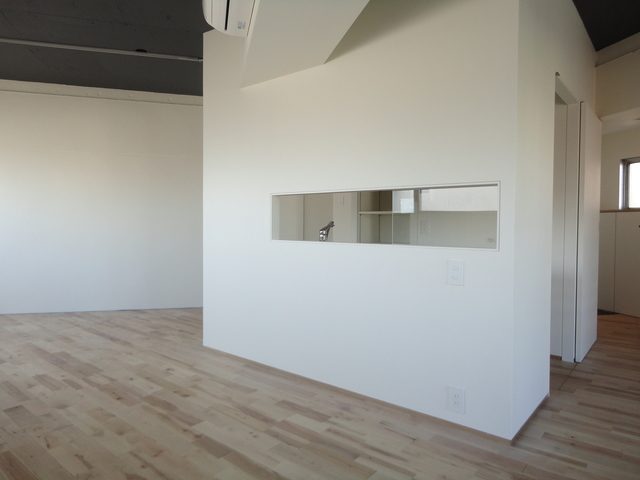 キッチンは小窓の奥に。水回りのスペースがきちんと欲しい分確保されているかチェックしましょう。