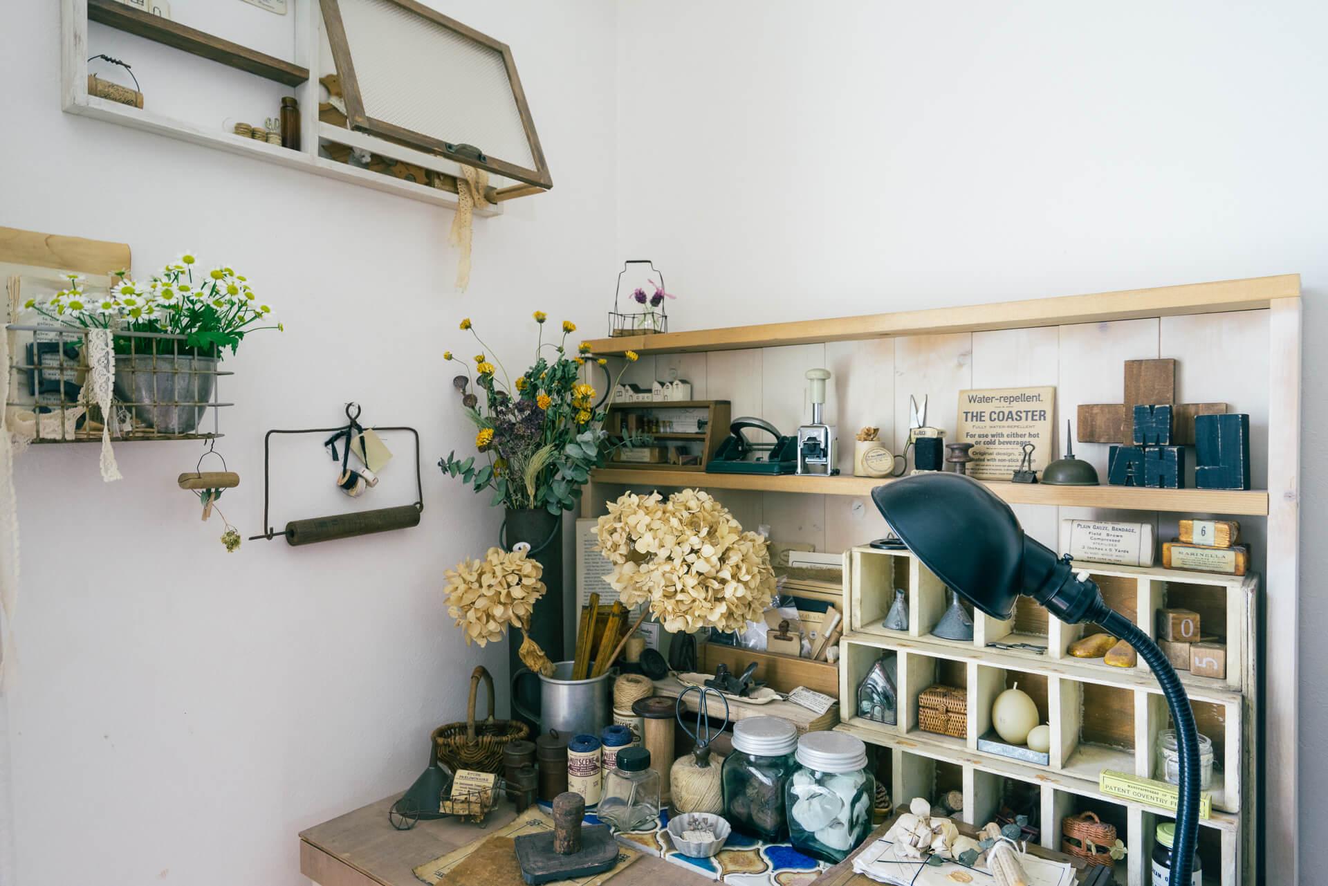お気に入りの古道具など雑貨がたくさん並ぶデスクの上は、ドライフラワーで彩りを。