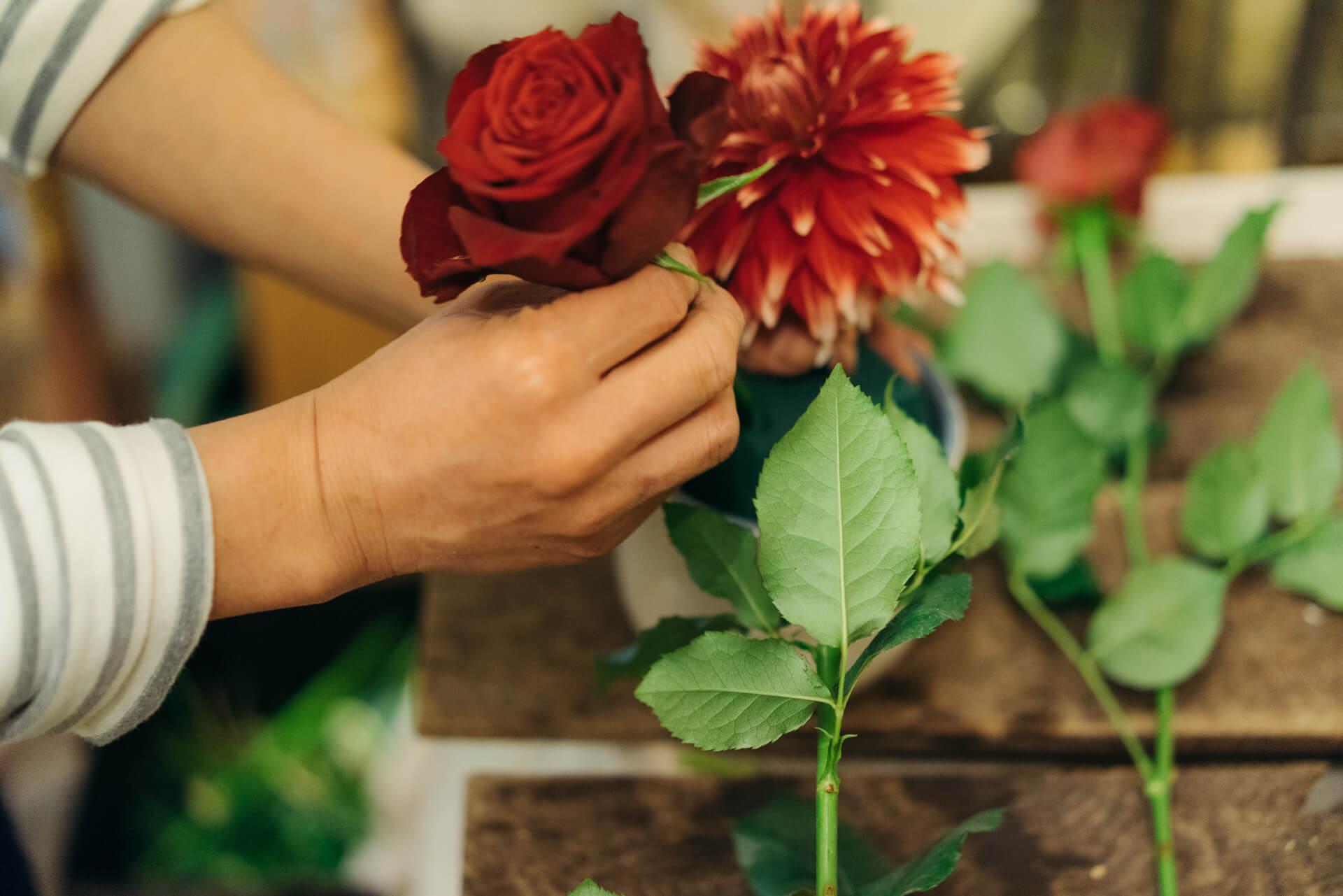 たくさんのお花の中から、ぱっと選んでアレンジメントを作り上げていく堀川さん。こちらは、バースデープレゼント用に「華やかに!」とオーダーが。