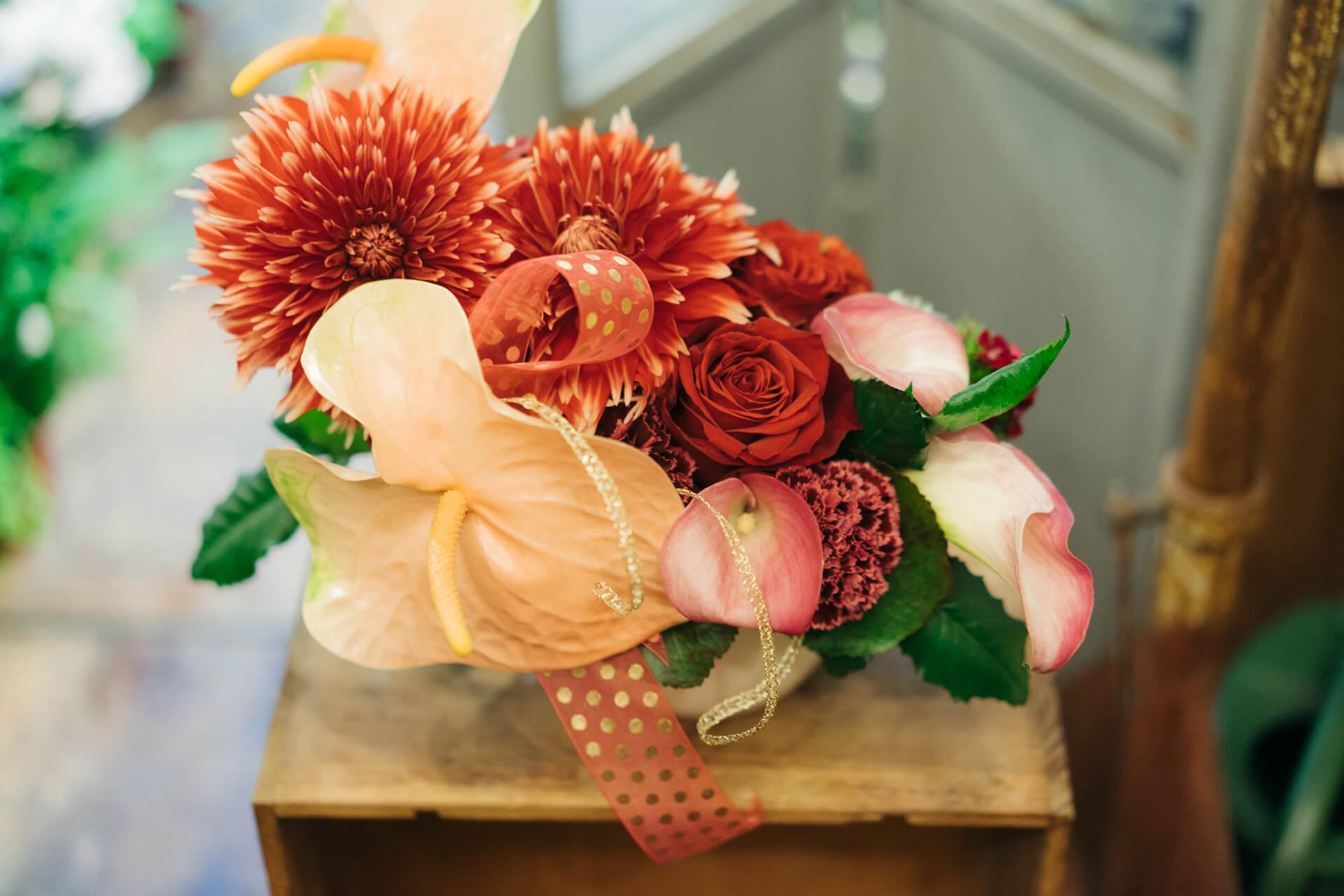 そうこうしているうちに、「華やかに!」というリクエストに応えて赤いお花を中心に豪華なアレンジメントが完成していました。誕生日に、こんなお花がもらえたら嬉しいな。