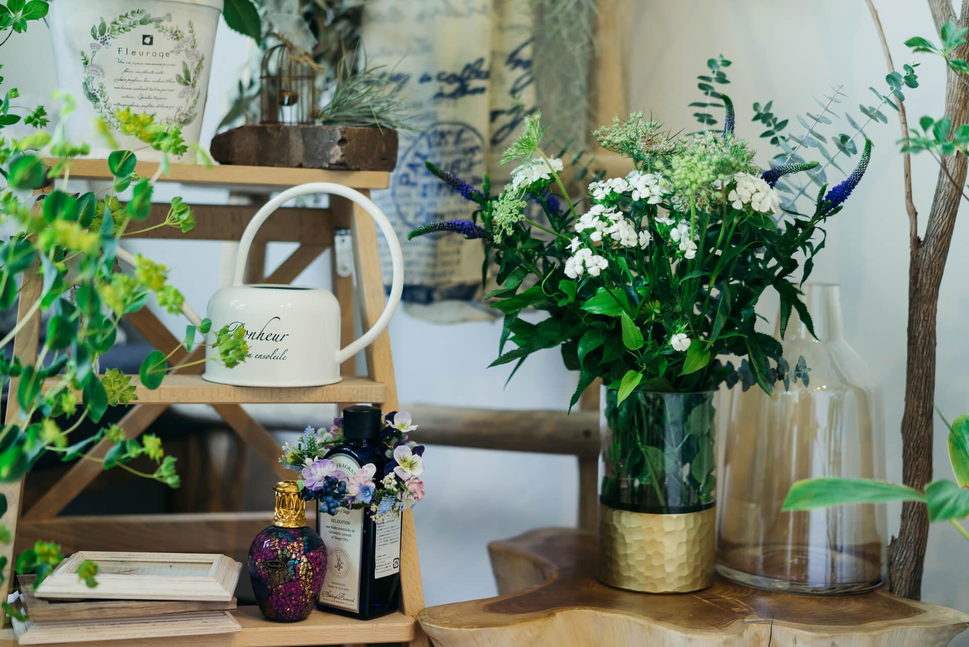 駅前の花屋さんにも、週に1度は足を運んで、お花を選びます。「グリーンだけじゃなく、お花も置くようにすると、部屋が華やぐので」