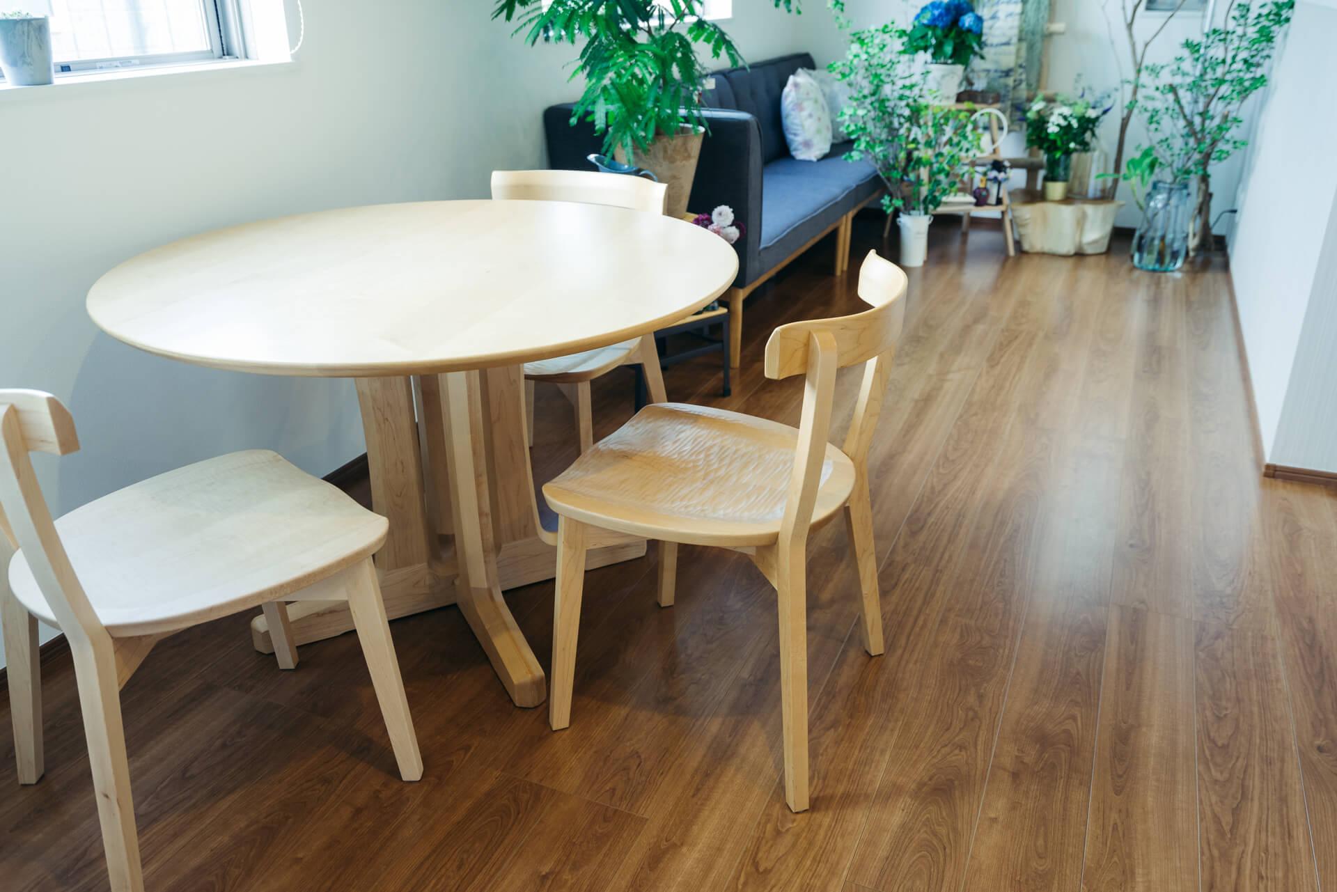 こちらは、「長時間座っていてもぜんぜん疲れない」とお気に入りの旭川家具のダイニングセット。