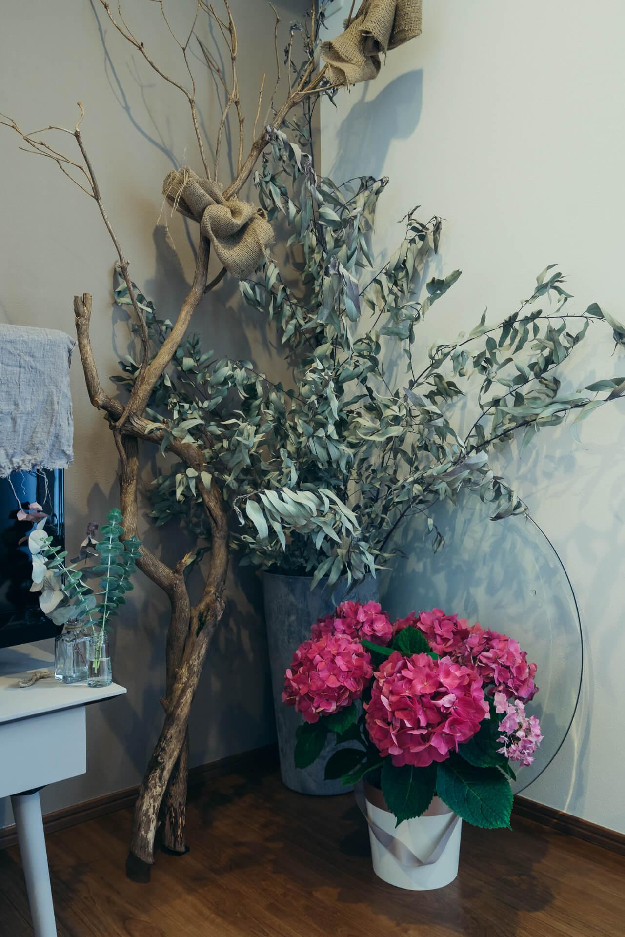 大きな枝が存在感たっぷり!もともと、ご主人からプレゼントされたフラワーギフトの中に入っていたユーカリをドライにしました。