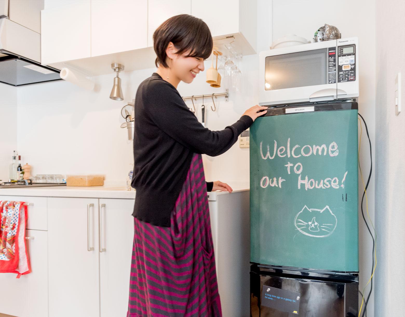 歓迎メッセージが書かれているのは冷蔵庫の扉。「黒板塗料を塗りました」とのこと。いいアイディア!
