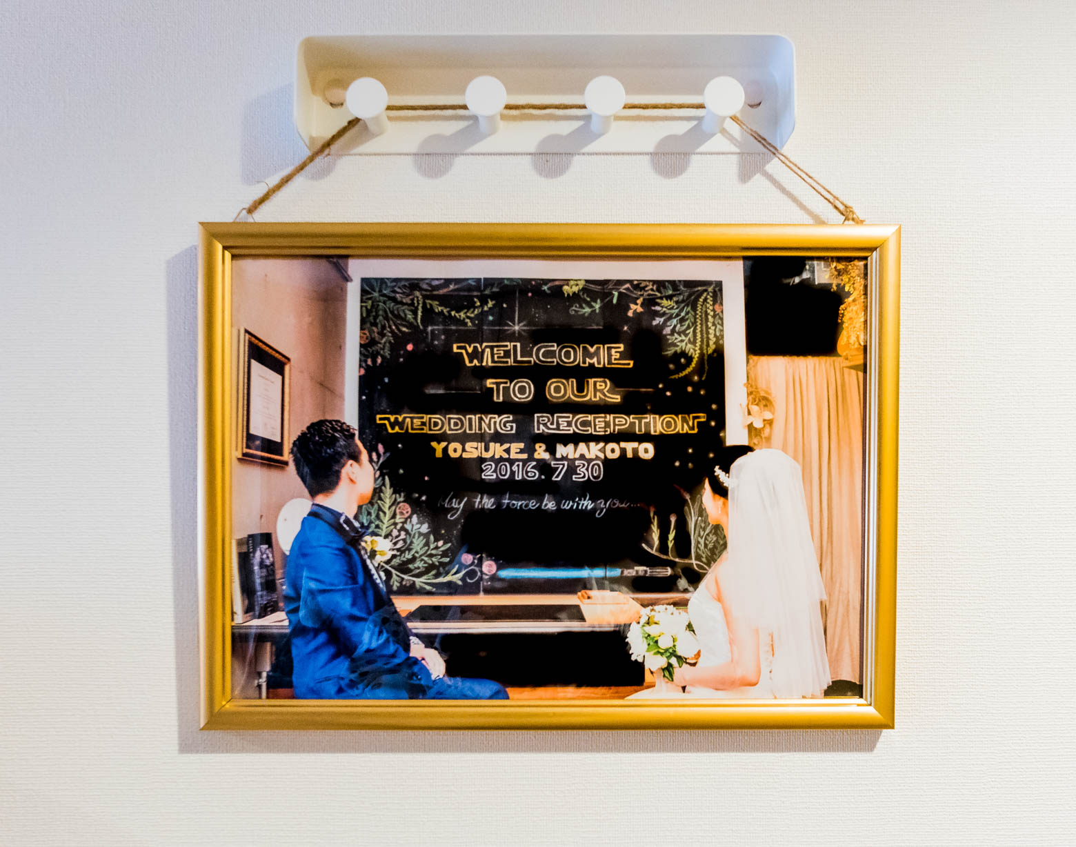 おふたりのWarsieっぷりは友人たちの間で有名らしく、玄関に飾られていたウェディングのウェルカムボードもスター・ウォーズ テイスト。