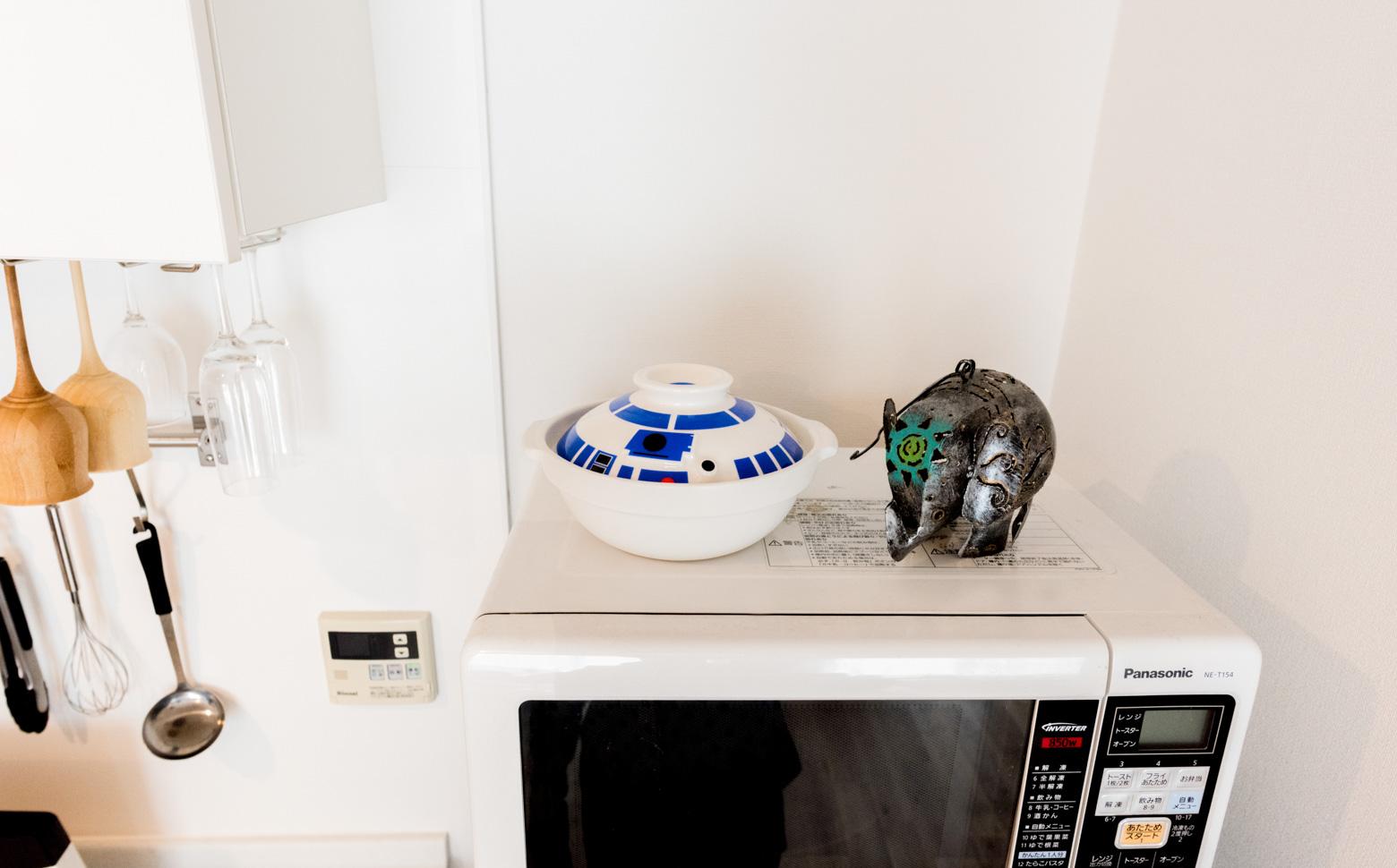 さきほどのキッチンもよく見ると、レンジの上にはR2-D2モチーフの土鍋が。こんなのあるんだ!
