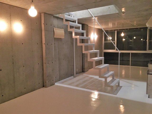 この、絵になる階段!夜の雰囲気が素敵な部屋っていいですよね〜