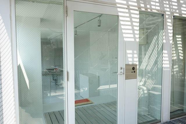 これはまた、変わったお部屋だナァ。玄関がガラスでスケスケ。