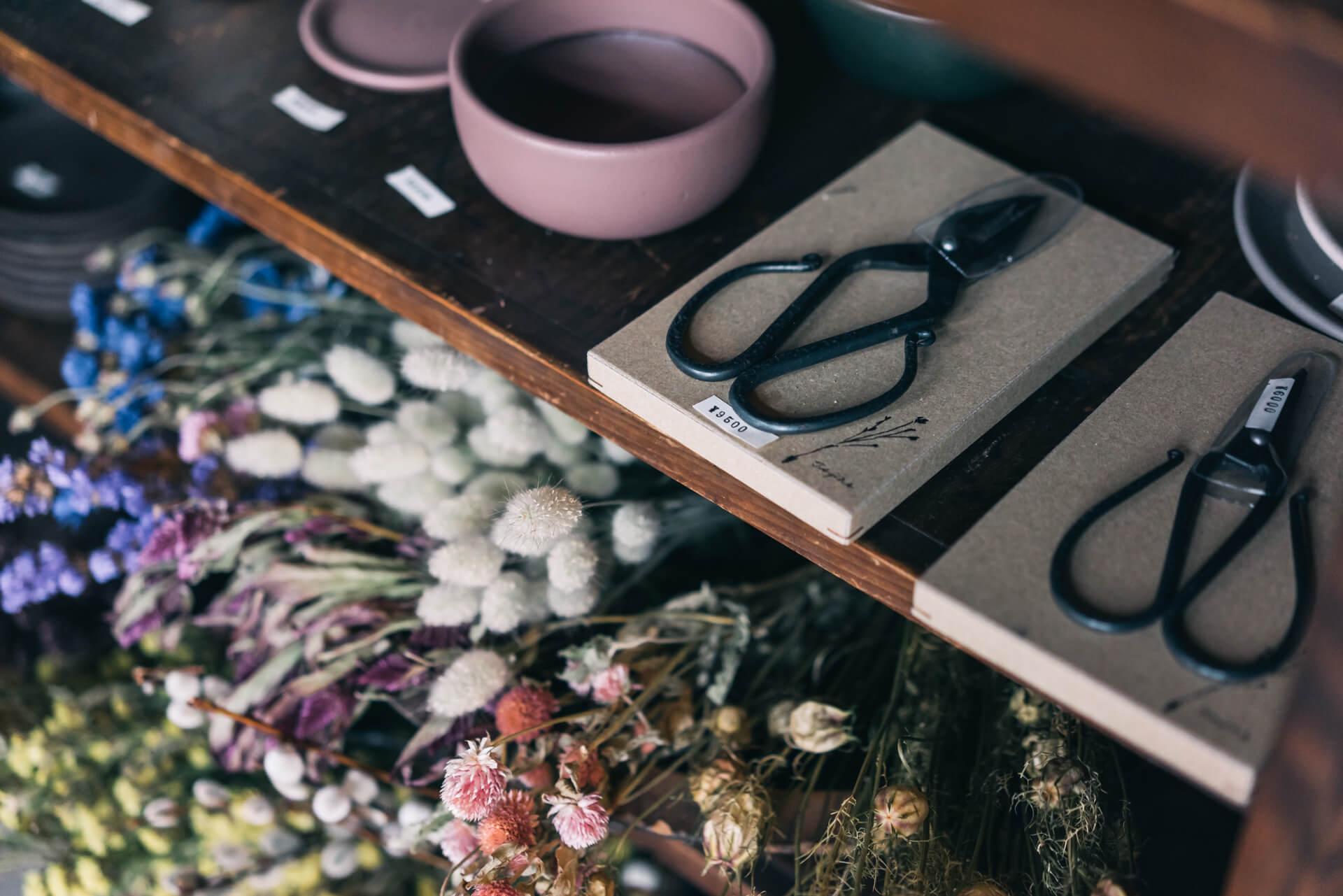 花鋏は兵庫県で4代に渡って鋏をつくりつづける多鹿治夫鋏製作所「TAjiKA」のもの。イクスでは、なるべくストーリーのある商品を紹介することを心がけているそうです。