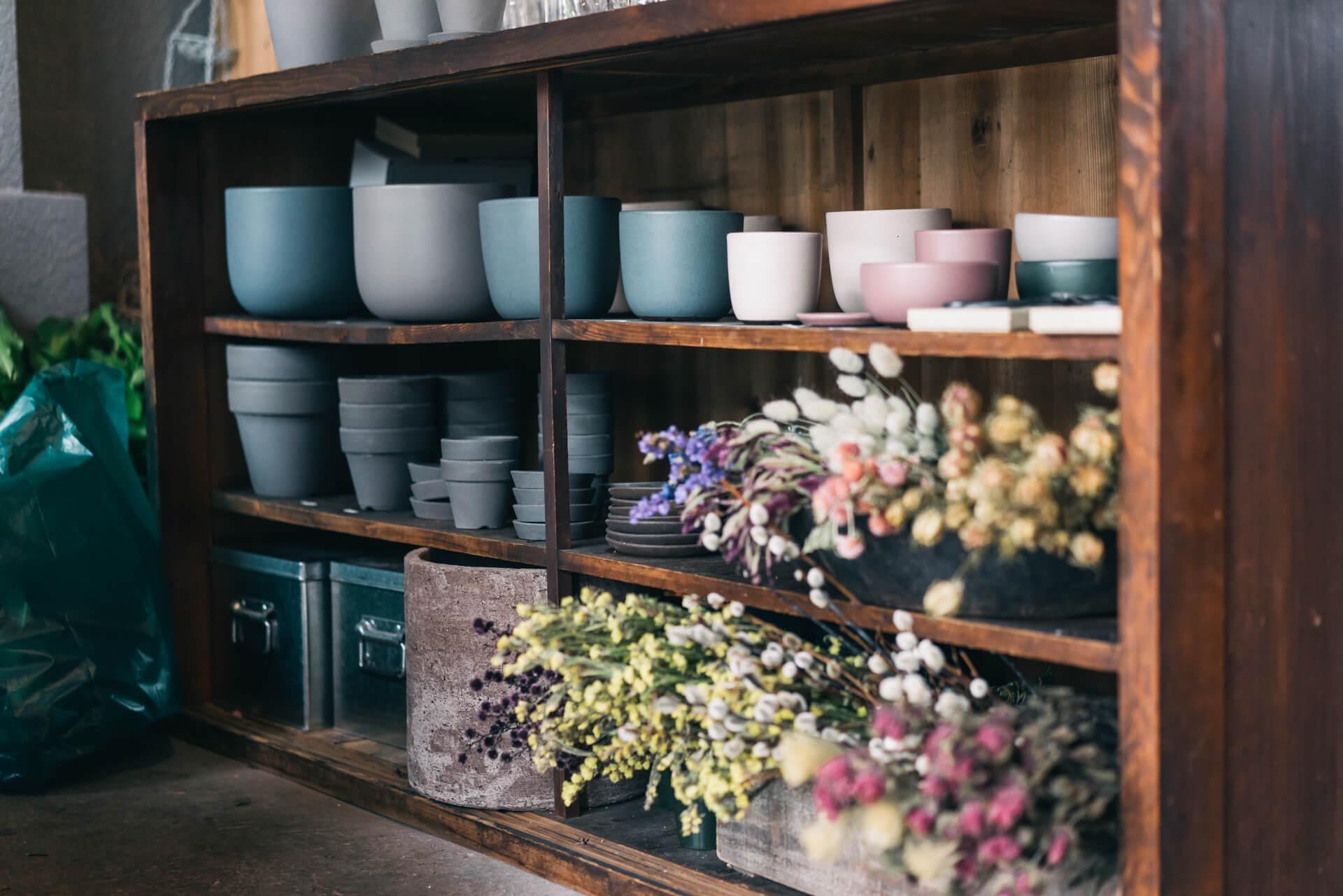 絶妙な色合いが素敵な鉢は、徳島の大谷焼の窯元、SUEKI YARDのもの。
