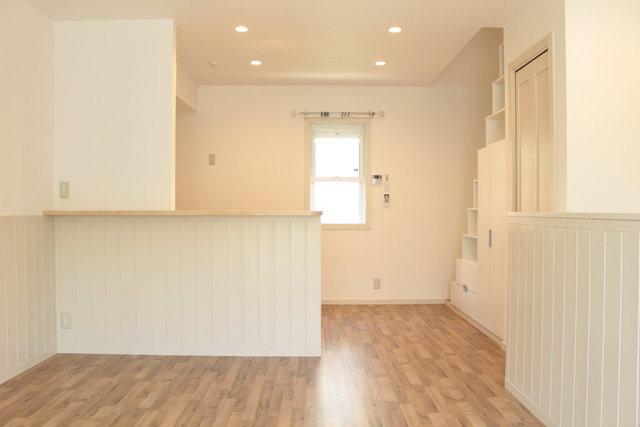 内装はやりすぎていないシンプルな感じがこれまたいいのです。腰壁やカーテンレールなど細部のこだわりがgood。