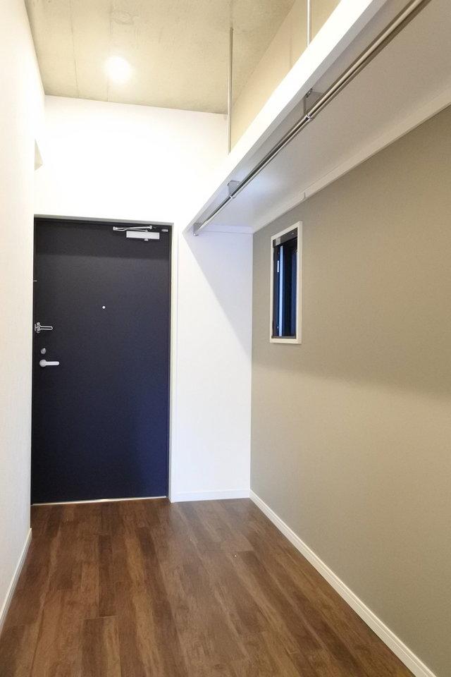 廊下にはかなり大きめの収納があります。