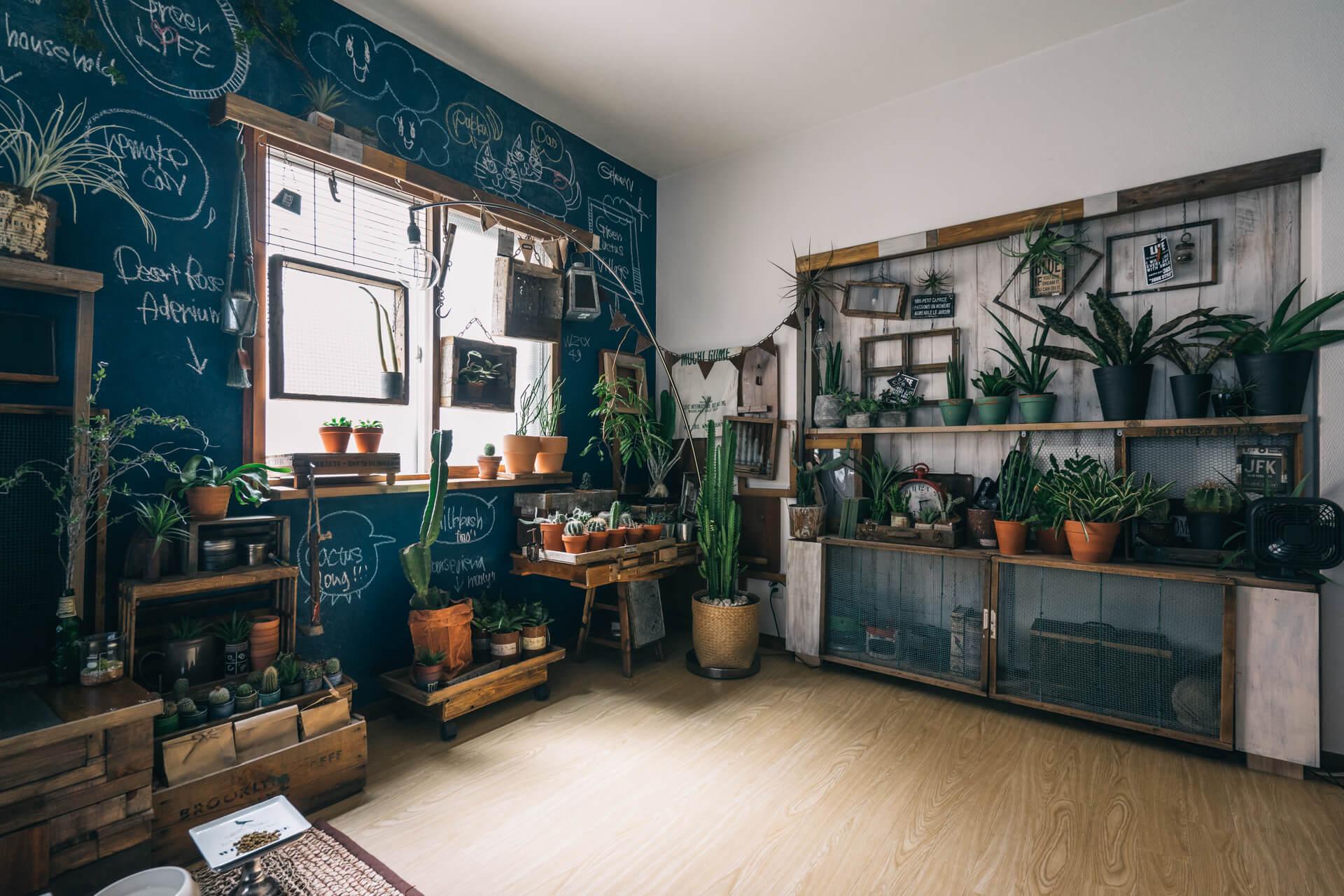 楽しいイラストの描かれた黒板塗装の壁が印象的。はがせる壁紙の上から、自分で色を配合して塗りました。イラストは、ご自身が描かれたもの。グリーンもたくさん飾られ、楽しい雰囲気のお部屋です。