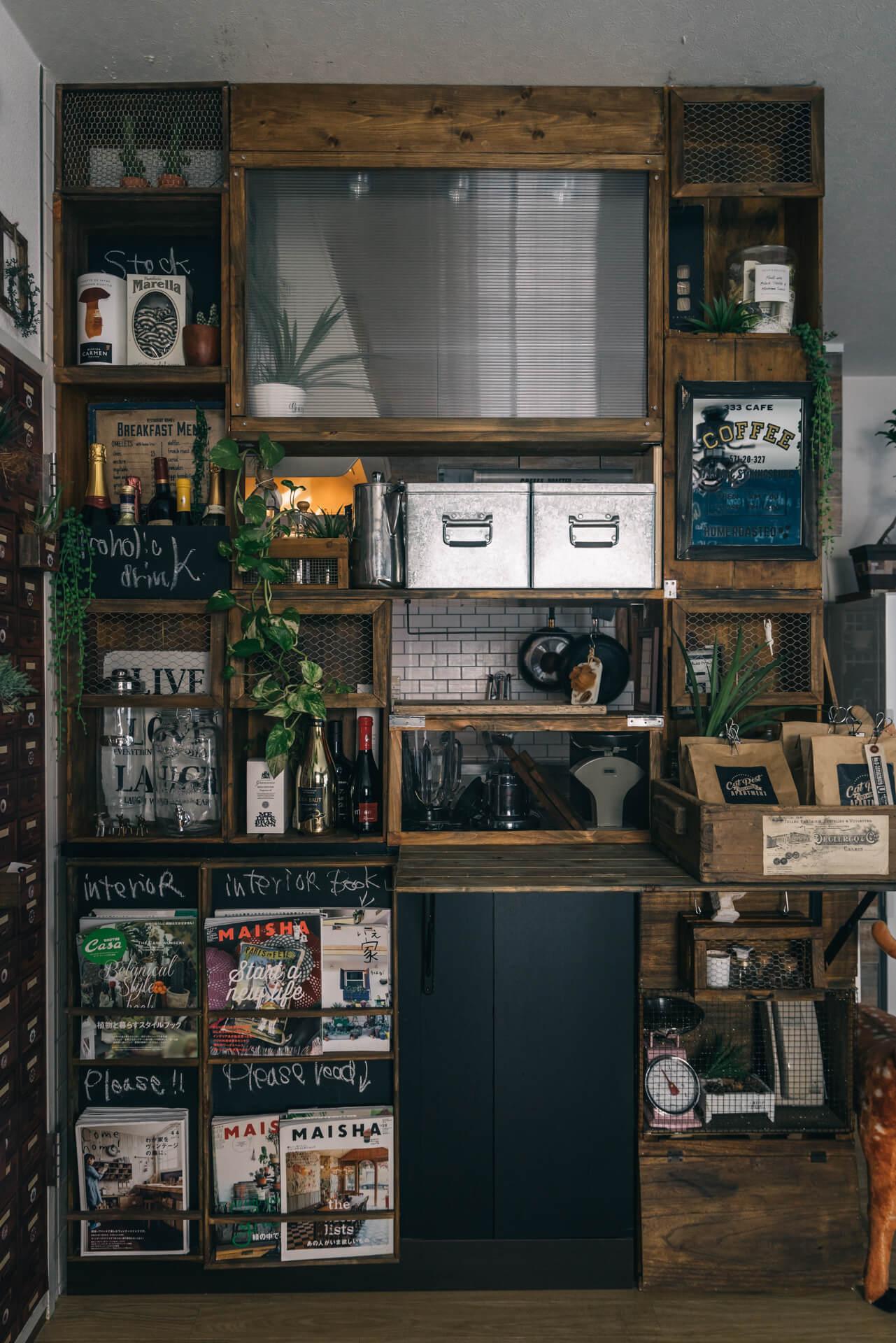 リビングからキッチンが丸見えにならないように作ったキッチンカウンター。もともとはCDラックだった棚の上に付け足して作っています。