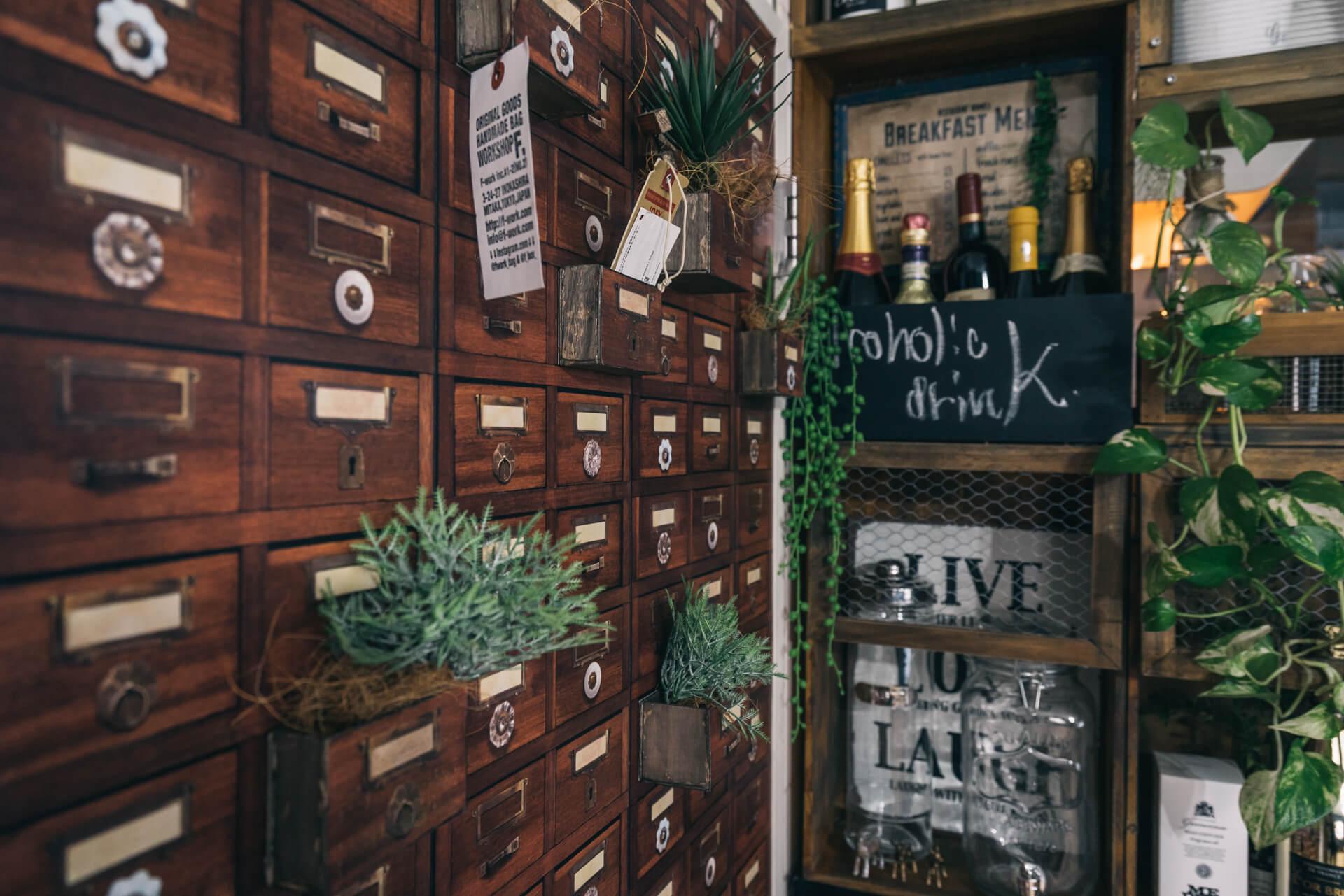 ドアの裏側は、引き出しの絵が描かれたマスキングテープを貼って。ところどころ、引き出しがとびでたみたいに木材を貼って本物感を。
