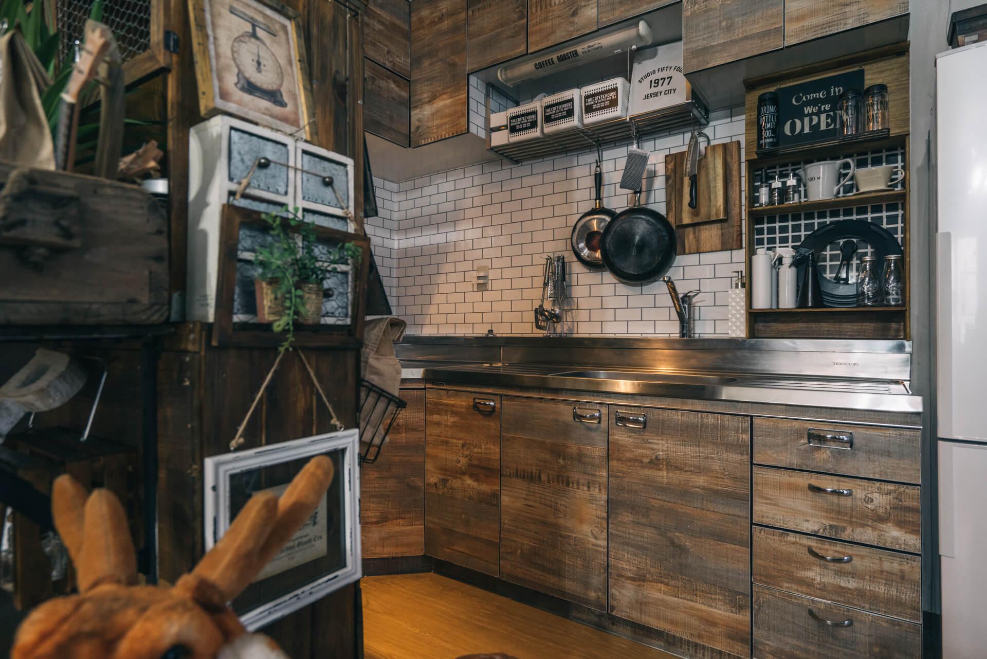 キッチンはもともと花柄のタイル。「なぜ、花柄。」と、上にサブウェイタイル柄の壁紙を。