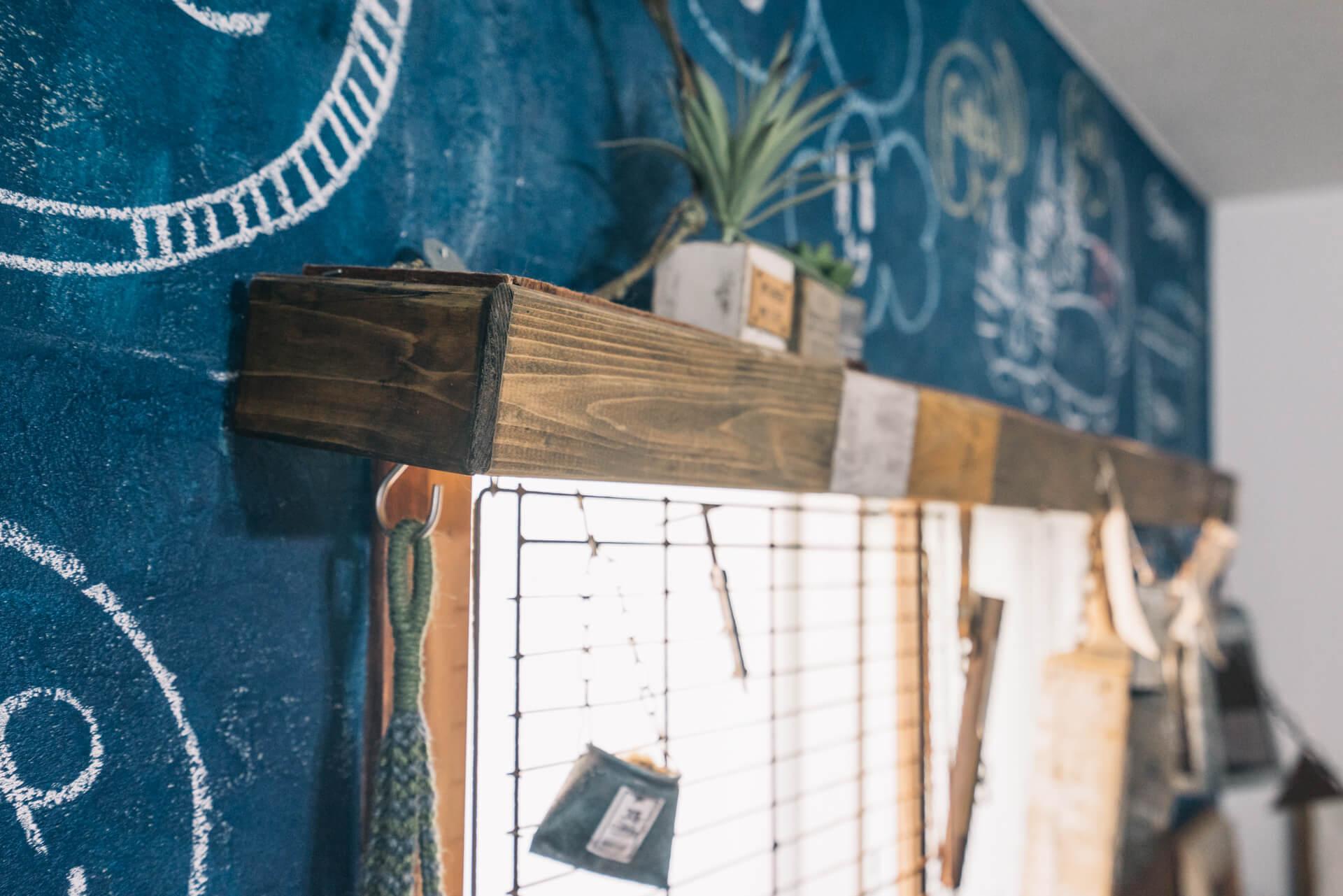 L字に木材を組んで、結束バンドを使ってレールに取り付けています。グリーンとの組み合わせが似合う窓に。