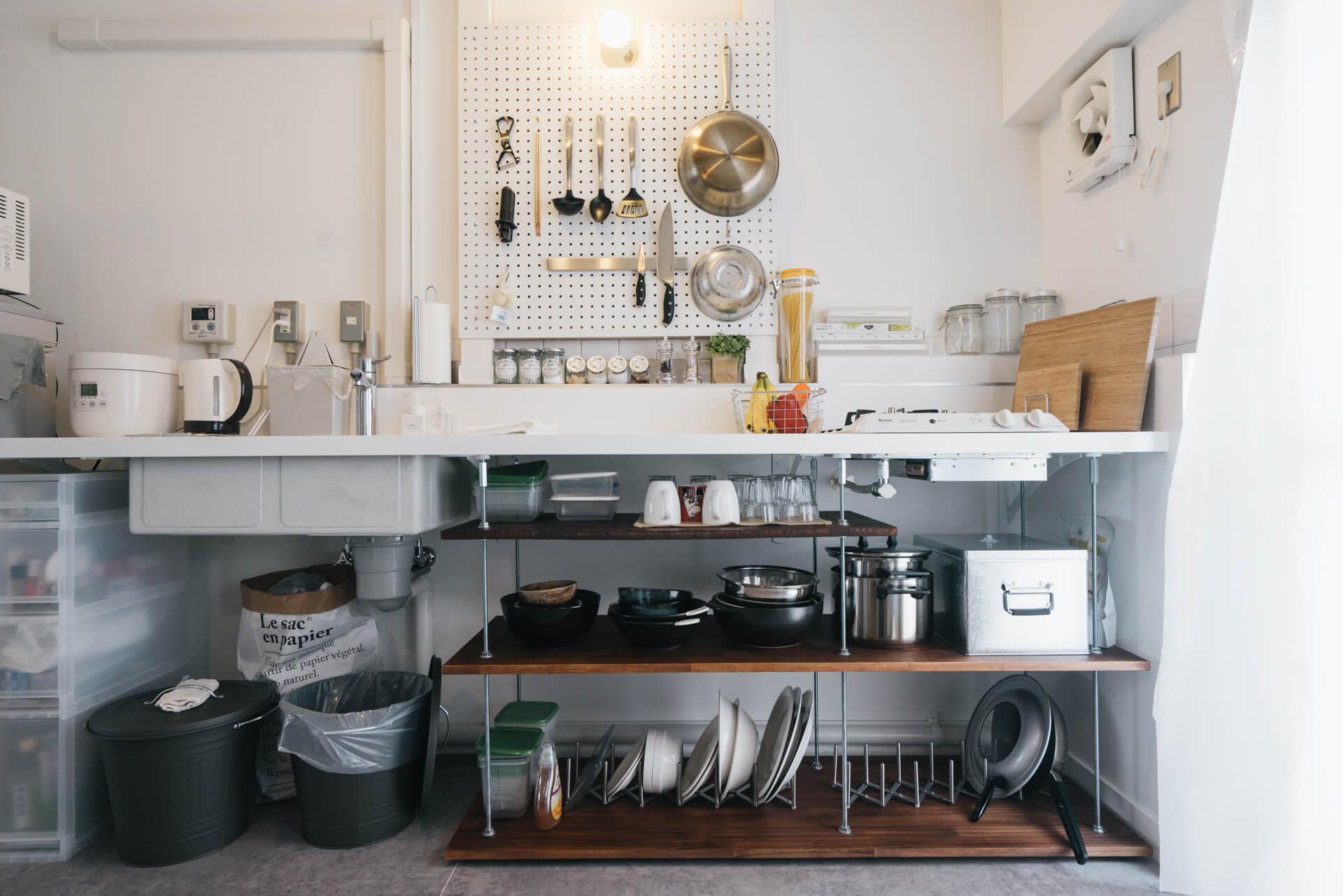 耐熱メラミン化粧板の広いワークトップがすごく気に入っている、というキッチン。もともと収納は一切なく、とてもシンプル。