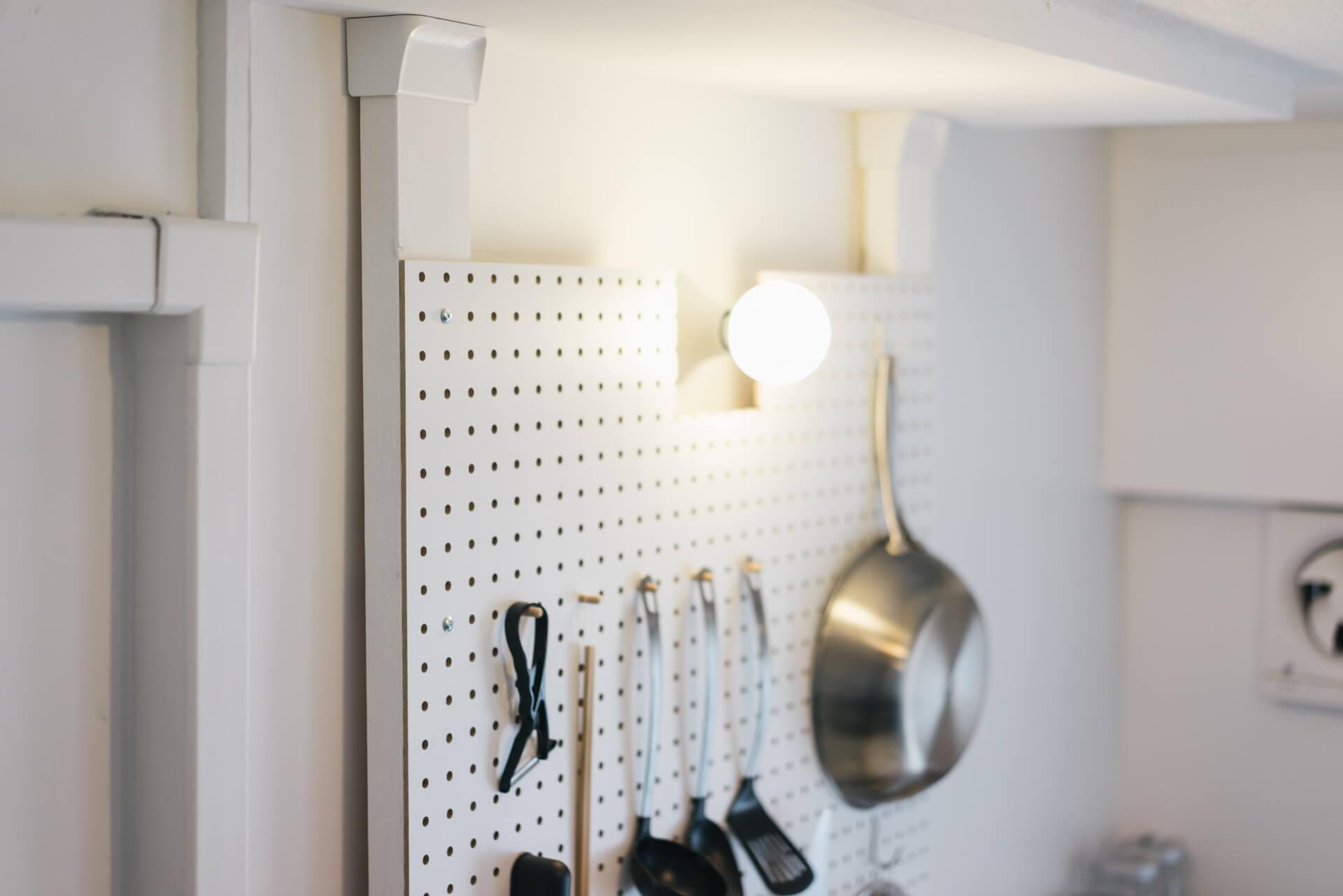 ディアウォールと2×4材、有孔ボードで作った壁面収納に、キッチンツールをかけて。