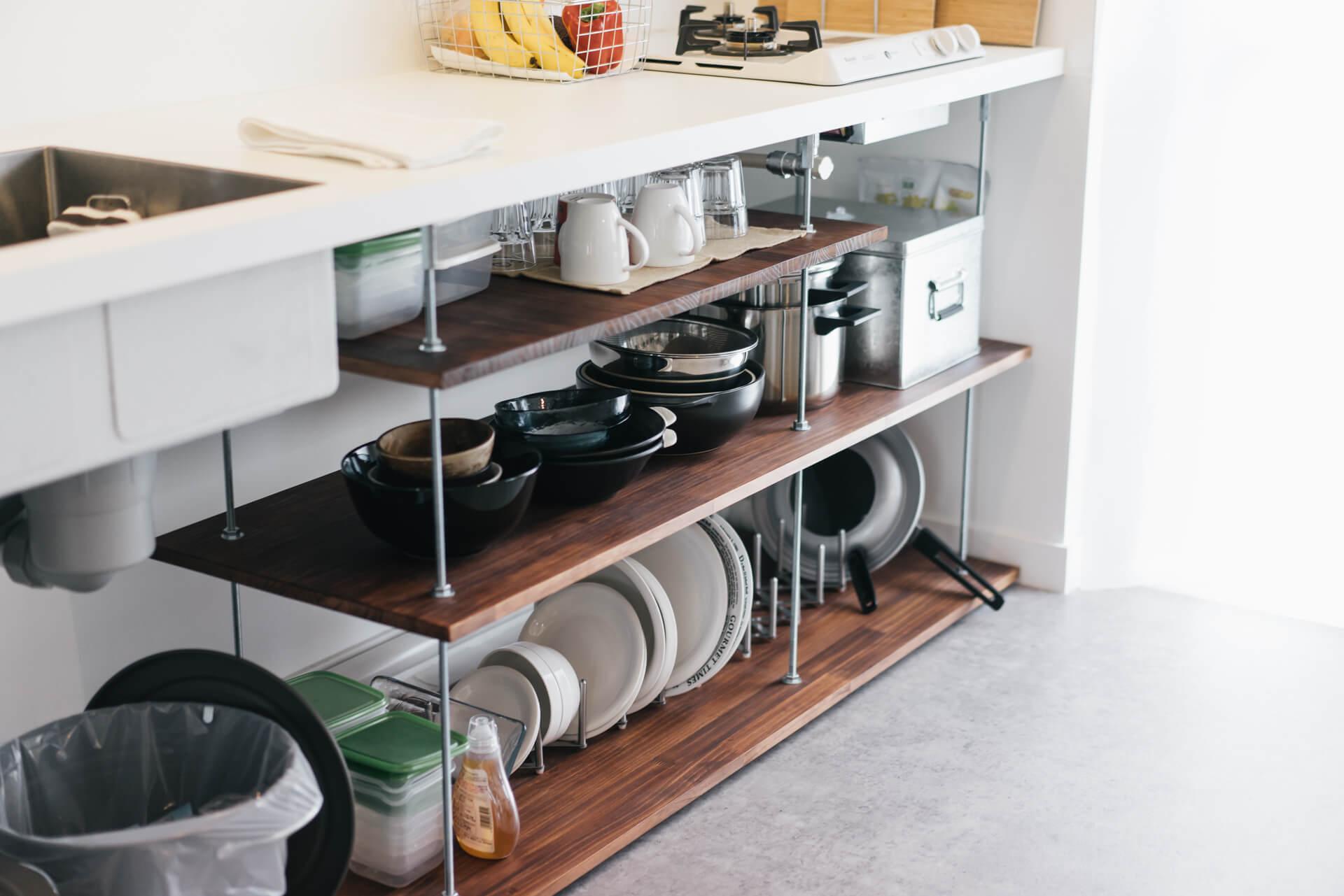 シンクの下は全ネジとアジャスターを使って、納めるキッチンツールや食器にぴったり合ったサイズの収納を自作。