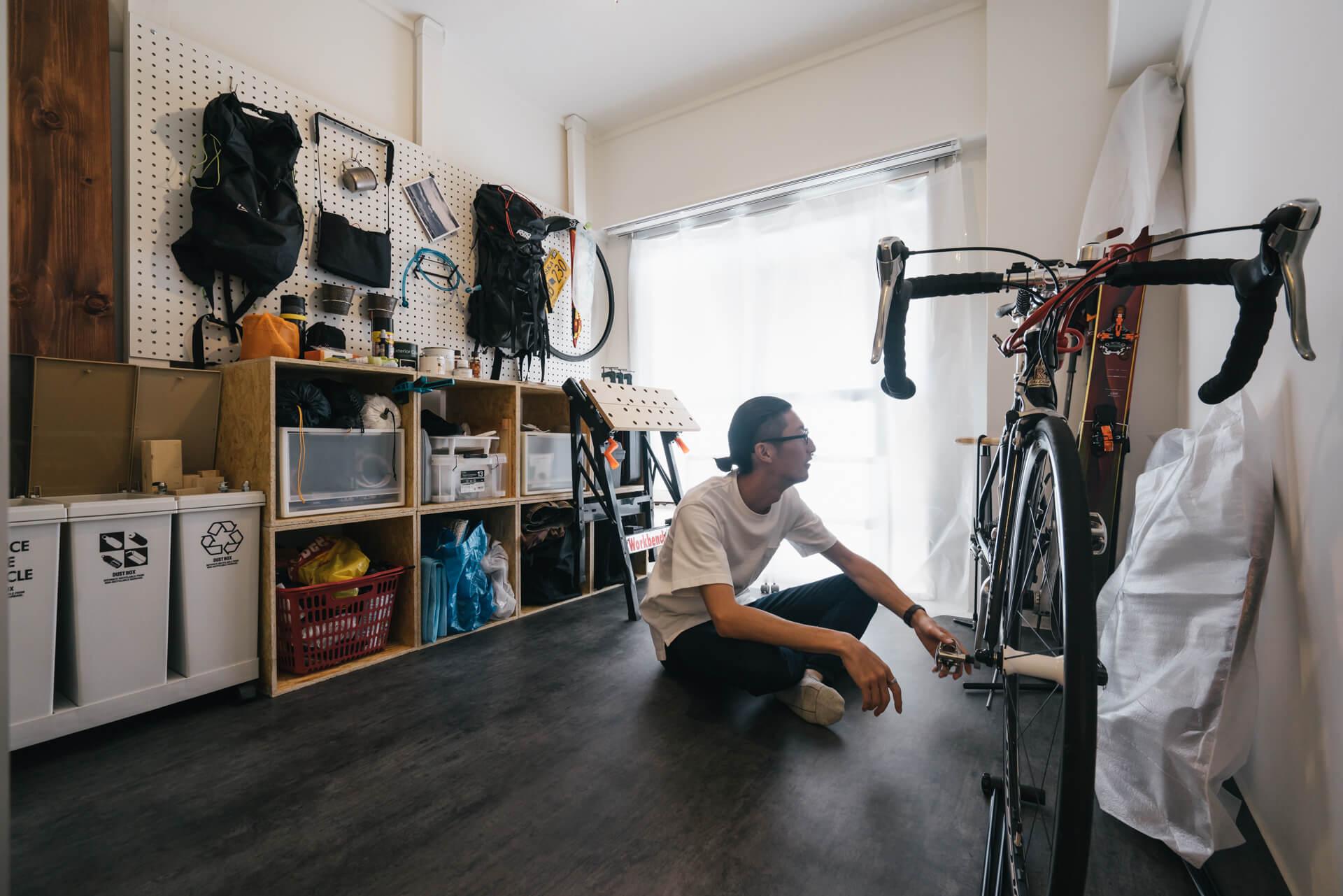 趣味部屋として使っているもう1部屋。趣味のバックカントリースキー、ロードバイク、それにDIYのためのグッズが置かれています。