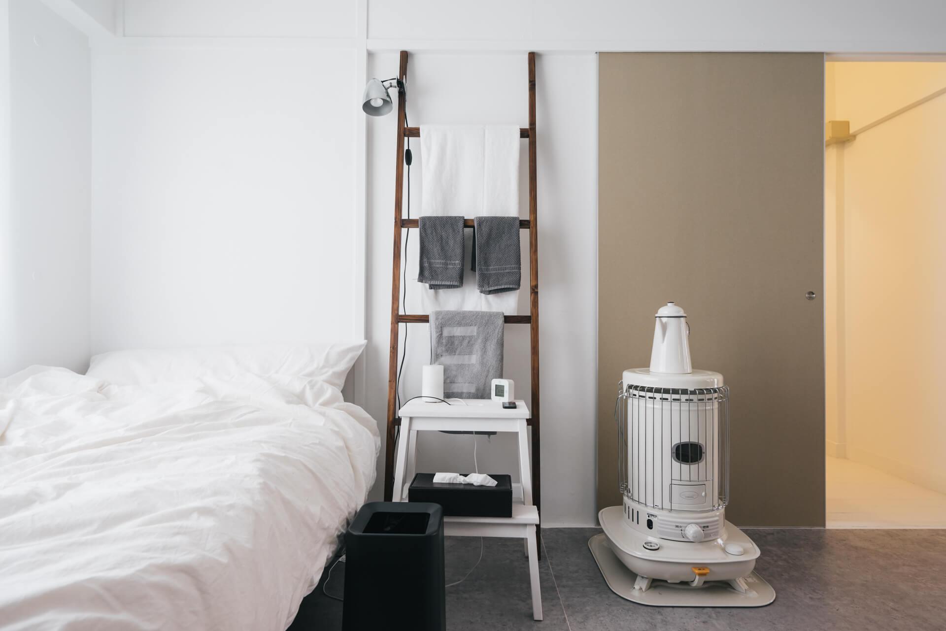 ベッドの横には、これもご自身で作られたというラダー。シンプルな中にも必要なものはすぐ手に届くようになっていて、機能的。