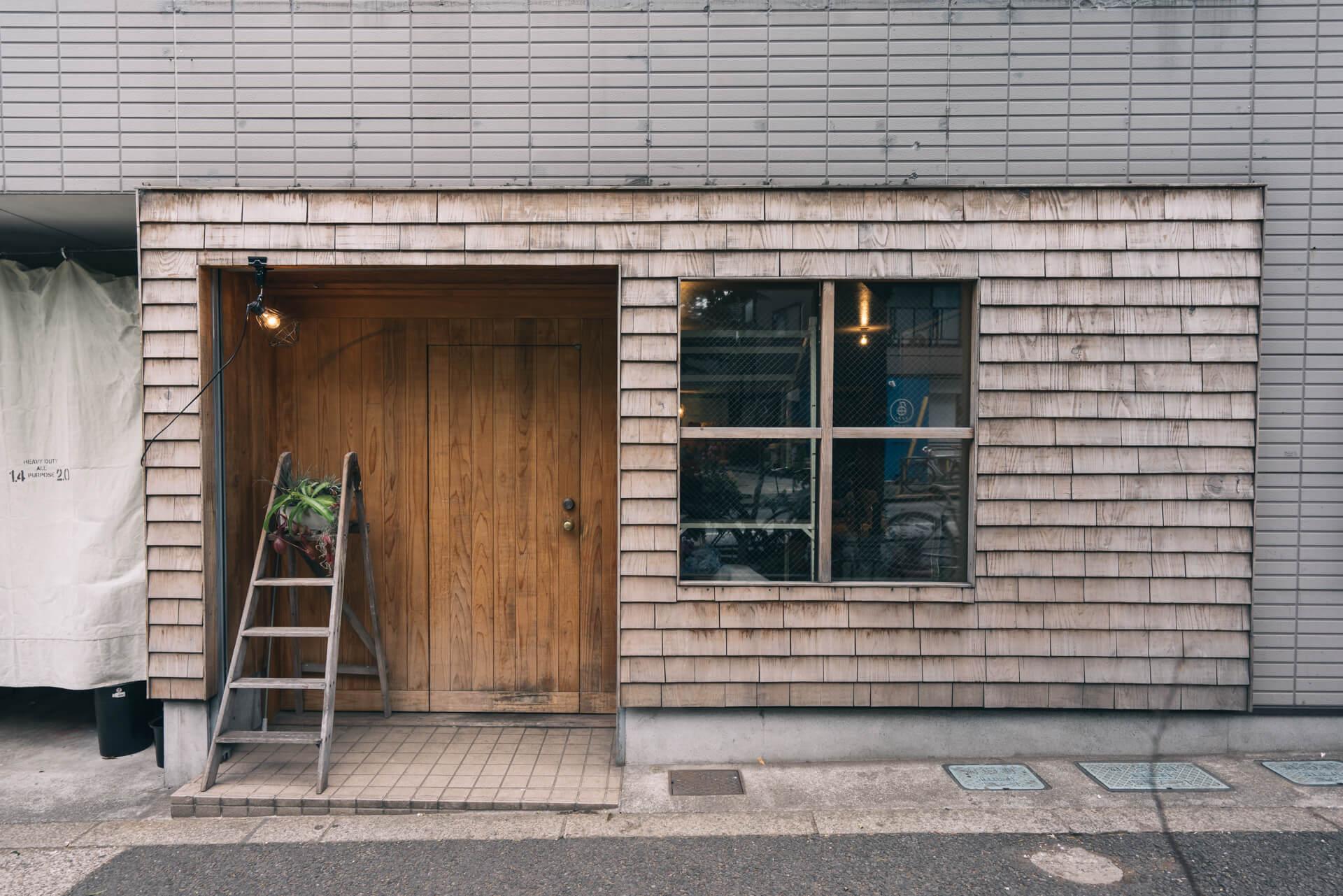 駅から少し離れたところにある『farver』、素敵な木のドアを開けてみると……