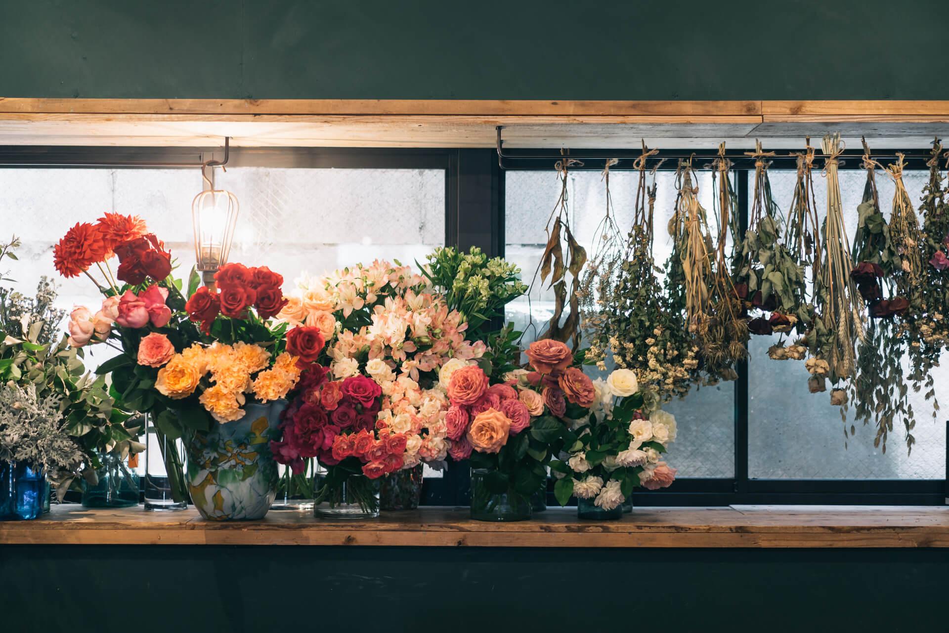 ひとつひとつ、選び抜かれた生花、それにドライフラワーが並びます。