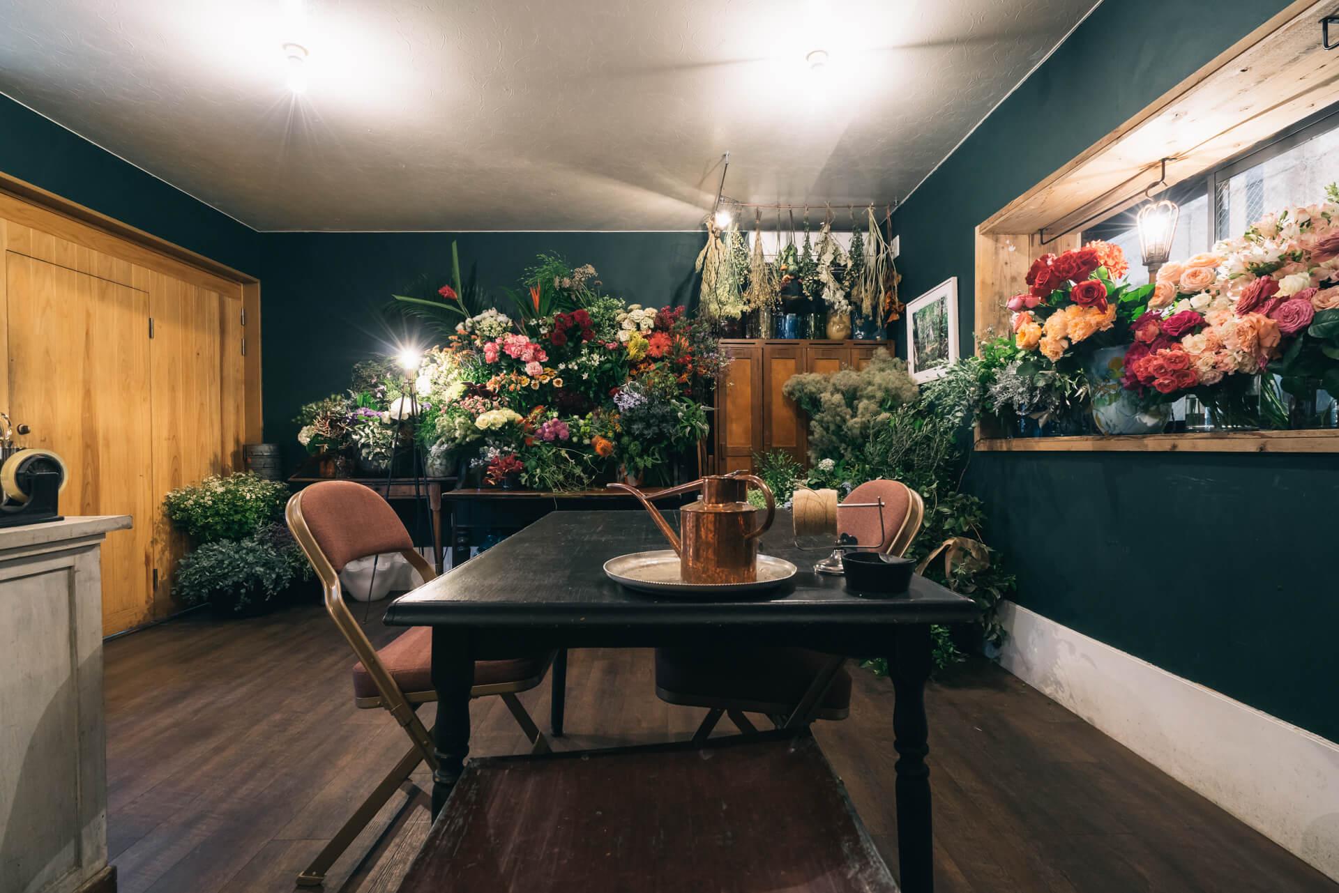 ヴィンテージの家具にたくさんの花が咲き誇る、秘密の隠れ家のような空間でした。