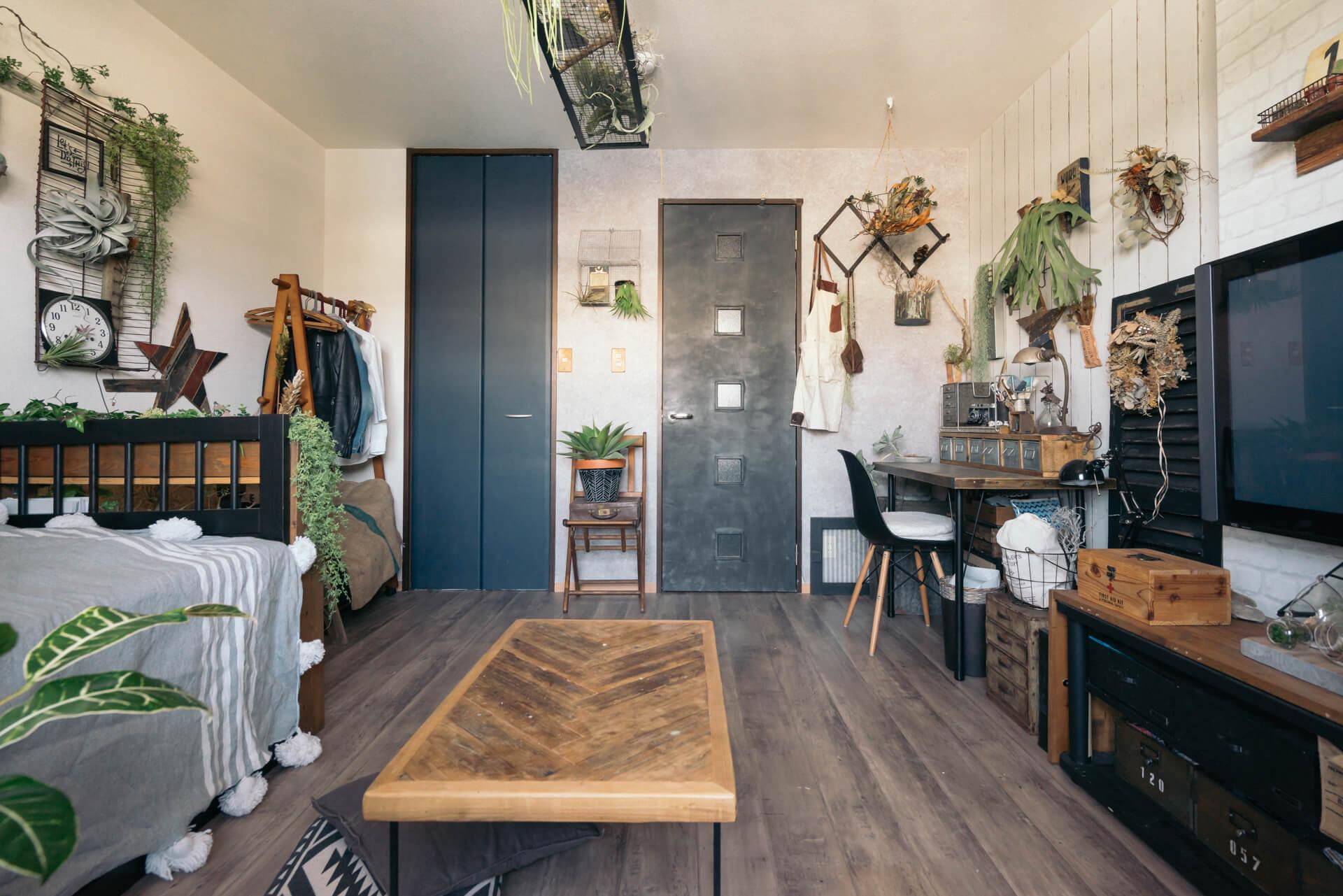 ベランダ側から。床、壁、ドア、それにクローゼットの扉まで、すべてはがせる壁紙やクッションフロアでカスタマイズ。テイストが揃っているから、ちぐはぐにはなりません。