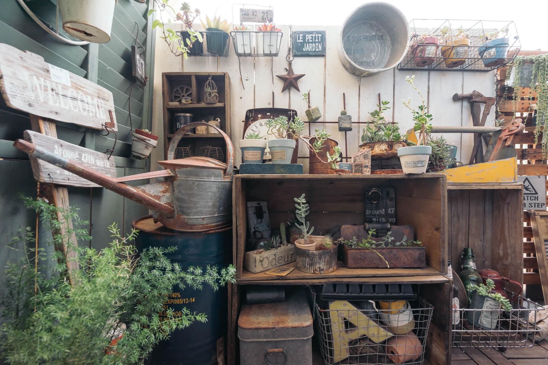 小さなベランダにも、グリーンとともにたくさんの雑貨が飾られていました。サッシに、結束バンドや専用の金具で、ラティスや板をくくりつけています。