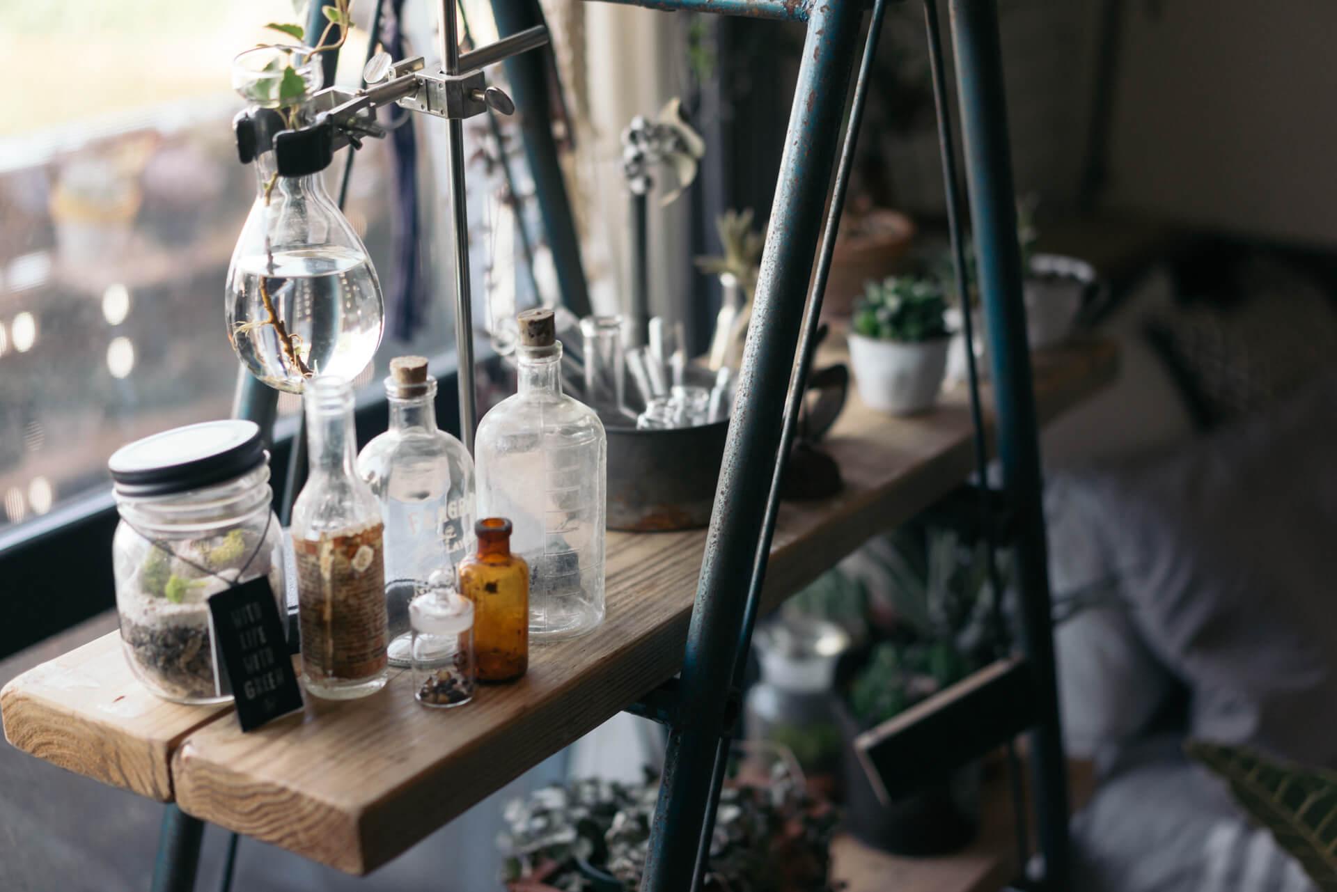 錆びの感じが気に入ったというネットオークションで見つけたラダーに、足場板をのせて小物の棚に。ガラス瓶など同じ種類のものを集めて飾るとごちゃつきません。