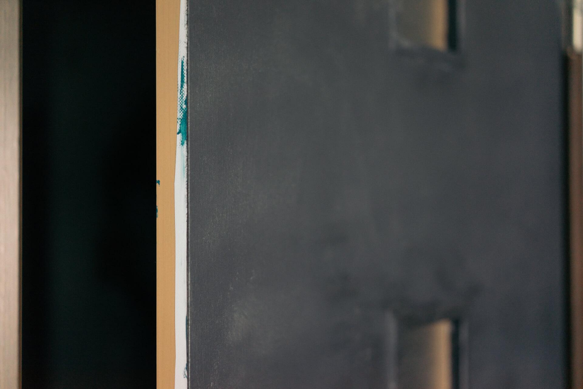ドアやクローゼット扉は、「Hatte me(ハッテミー)」という貼ってはがせる下地用粘着シートの上から塗装をして。よく見ると塗り直した跡が。雰囲気を変えたくなったら、塗り替えられるので便利ですね。