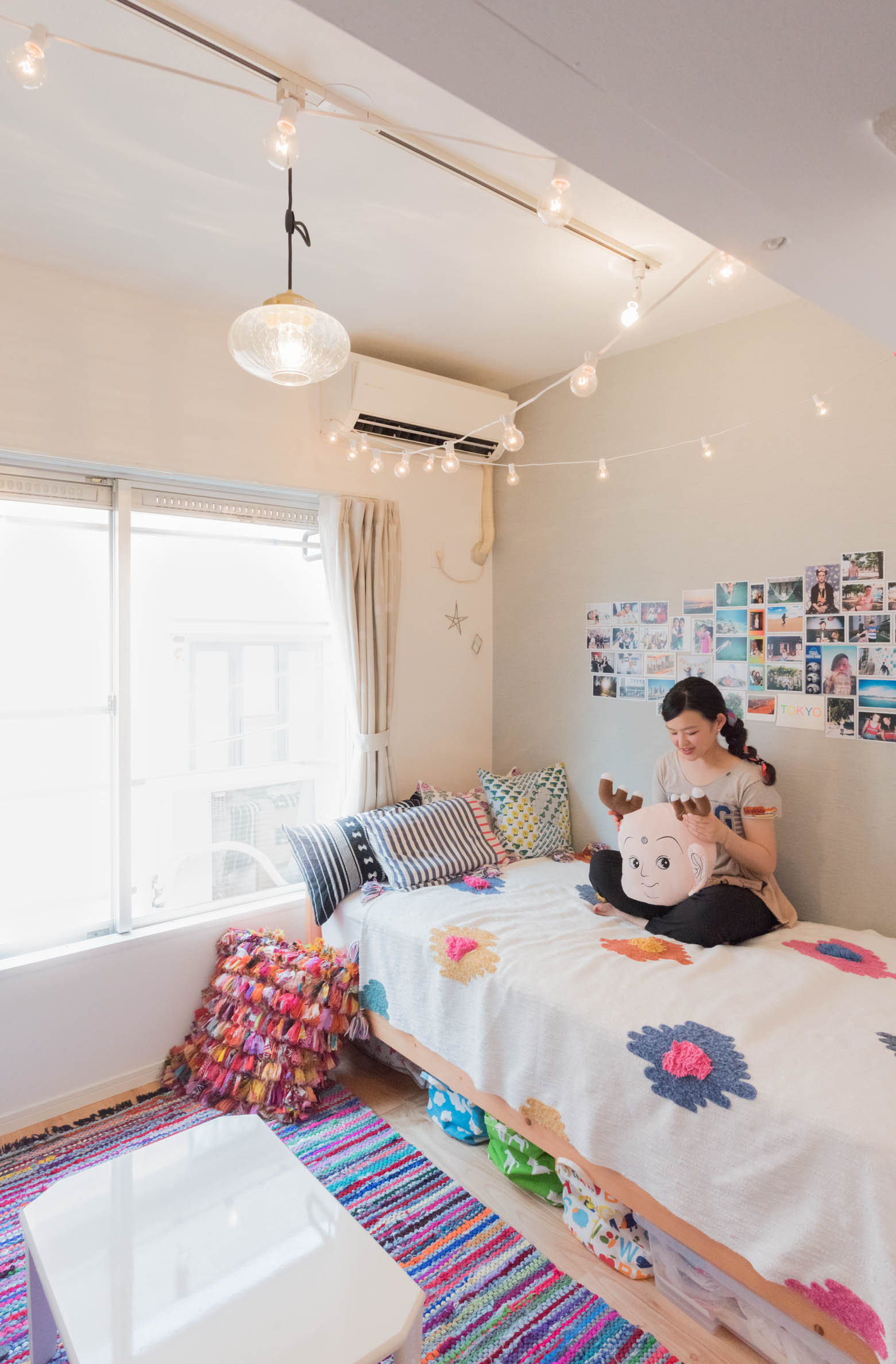 カラフルでキュートな部屋。部屋にいるときに寛ぐ場所に座ってみてください、とお願いしたらベッドの上で「せんとくん」クッションを膝の上に!